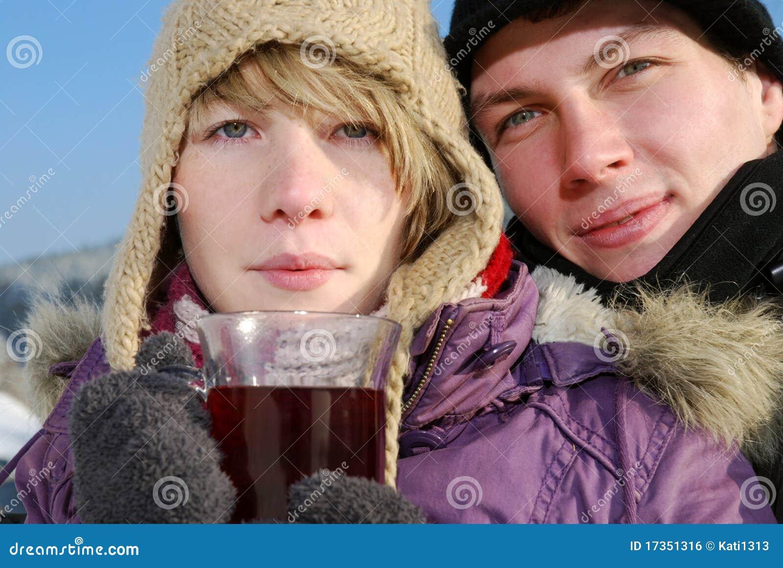 Jeunes ajouter au thé