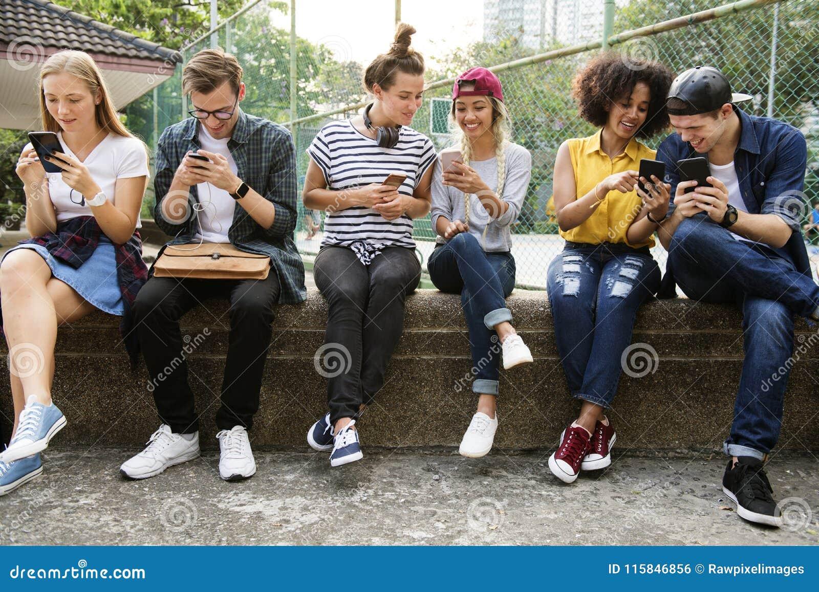 Jeunes amis adultes à l aide des smartphones ensemble