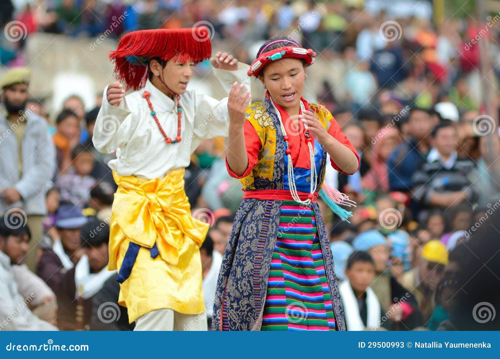 Jeunes artistes de villageois sur le festival de l héritage de Ladakh