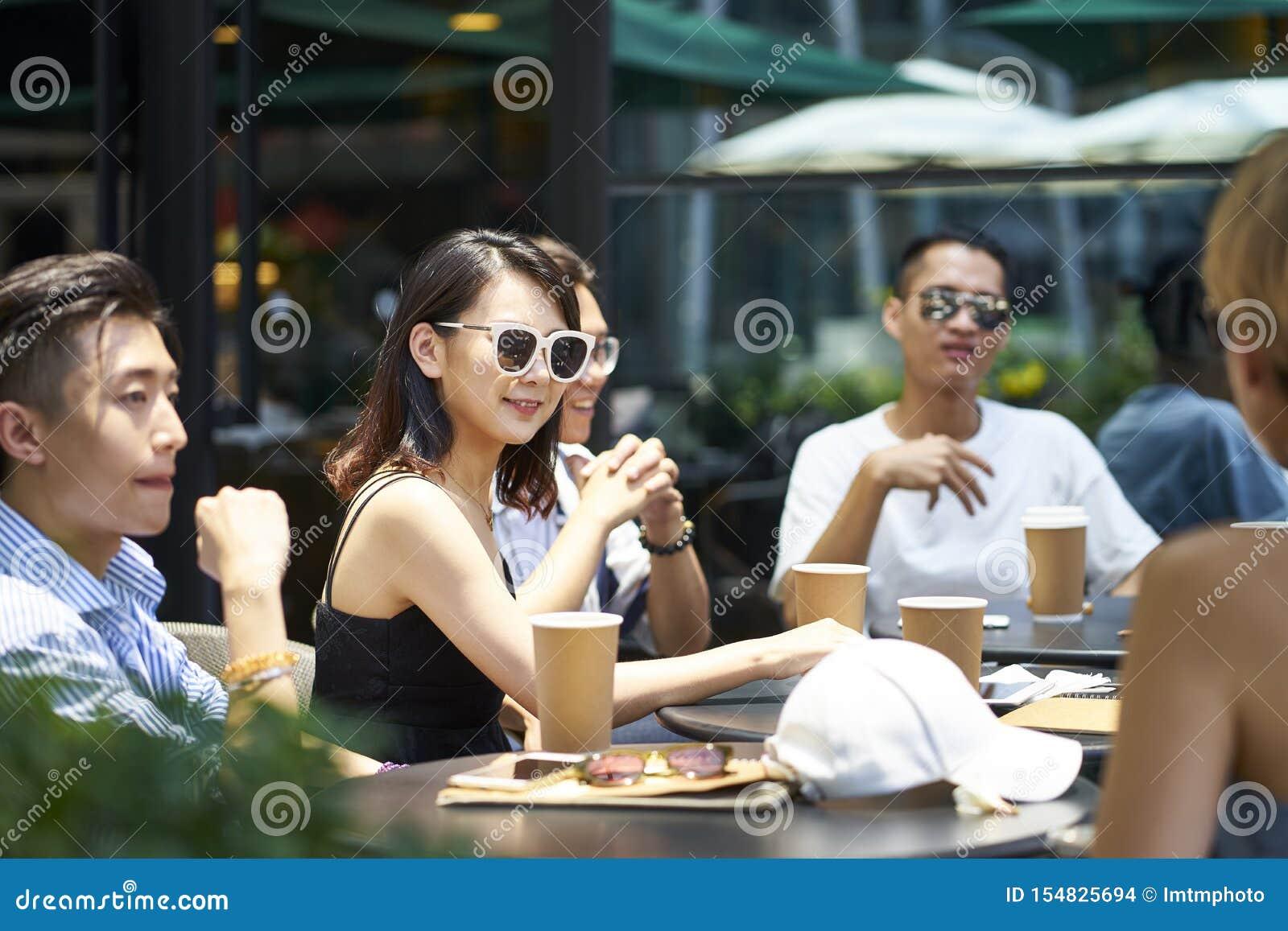 Jeunes asiatiques détendant dans le café