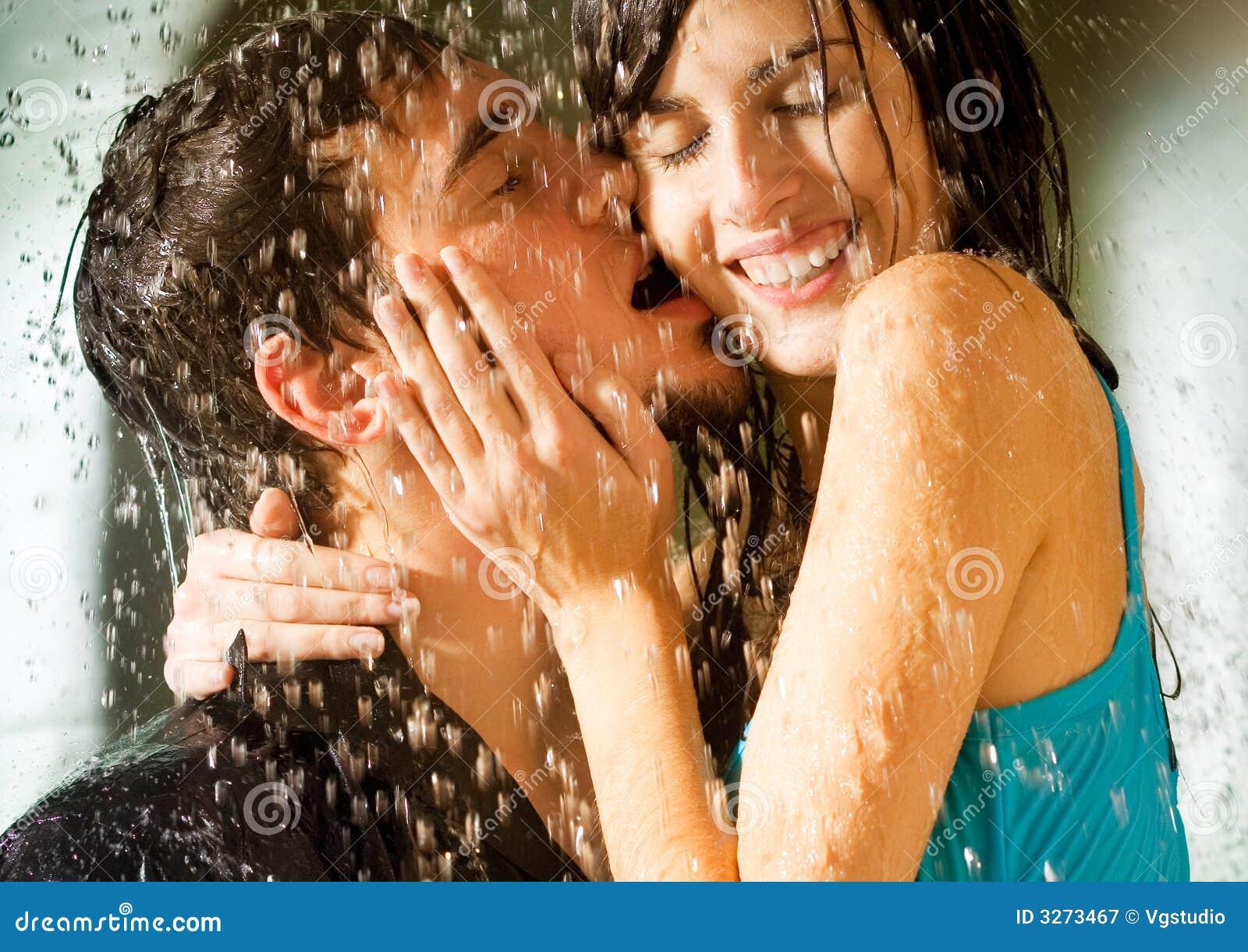 Jeunes baisers heureux de couples