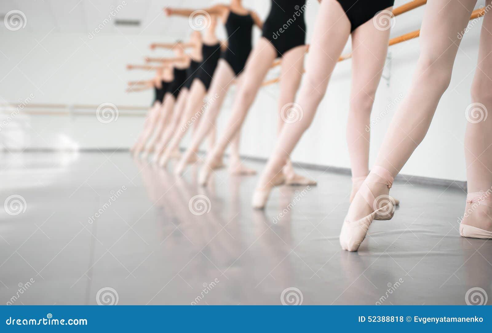 Jeunes ballerines de danseurs dans la danse classique de classe, ballet