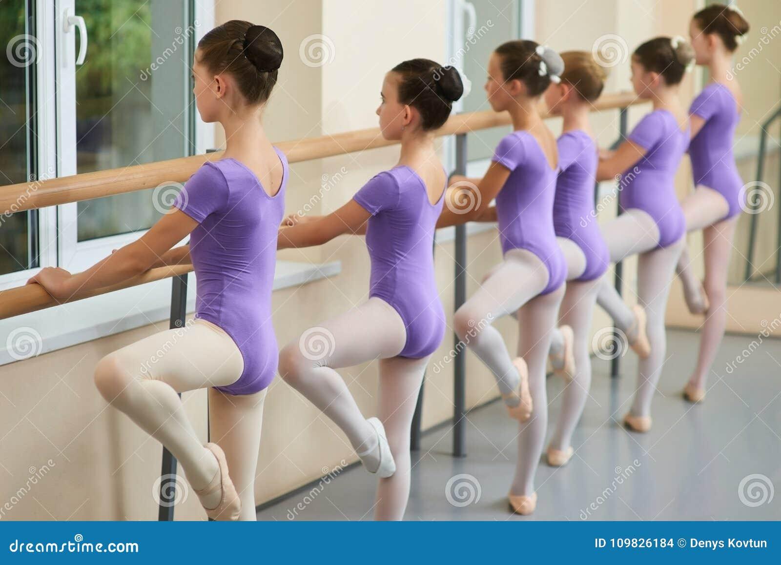 Jeunes Ballerines S'exerçant Au Barre De Ballet Photo stock