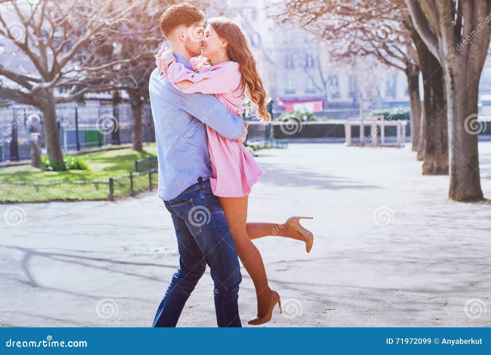 Jeunes beaux baisers heureux de couples