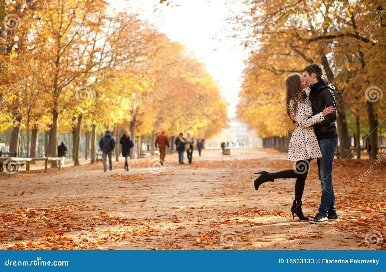 Jeunes beaux couples à l automne