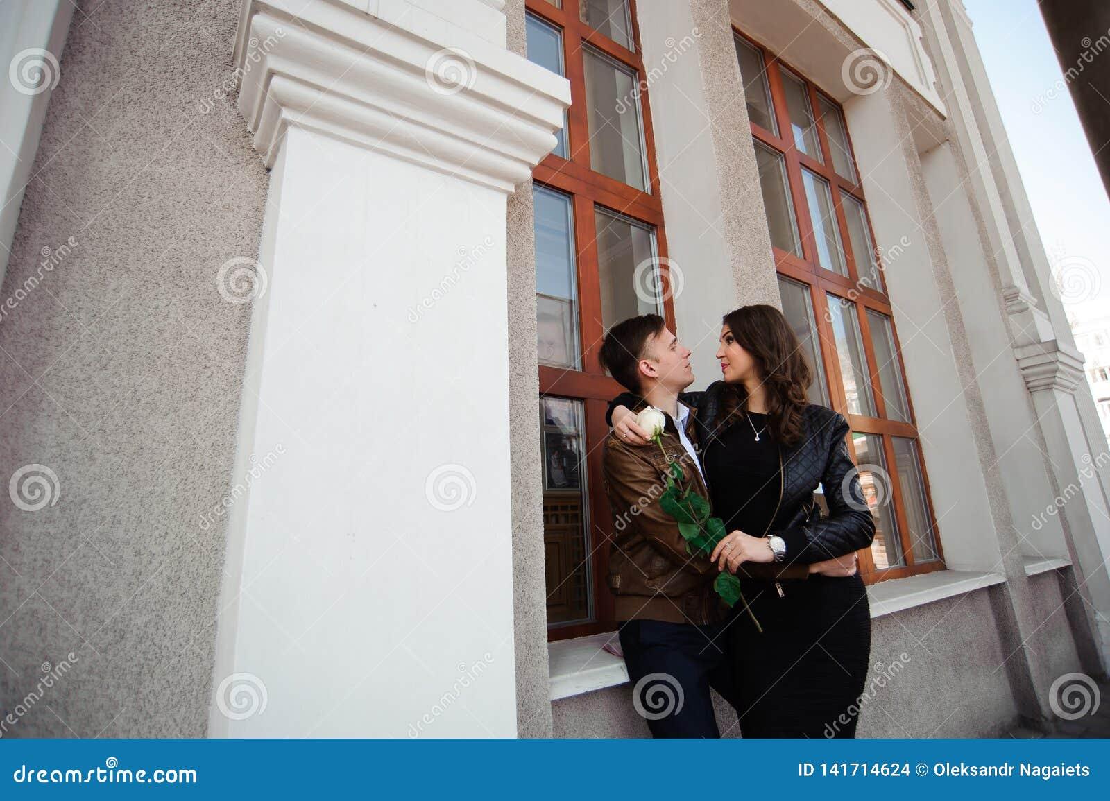 Jeunes beaux couples dans la pose d amour extérieure dans la ville Jeune femme souriant avec son homme bel