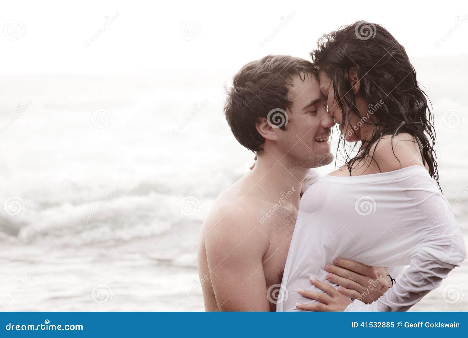 Jeunes beaux couples partageant un moment intime