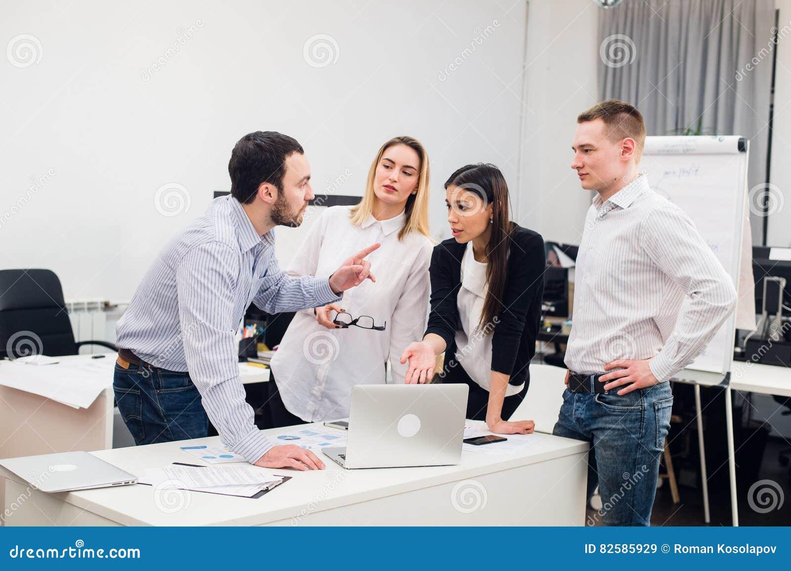 Jeunes collègues de groupe prenant de grandes décisions