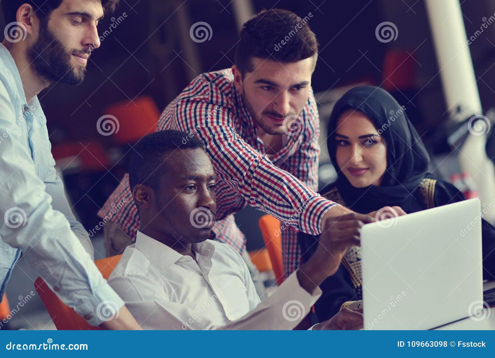 Jeunes collègues de groupe prenant de grandes décisions économiques Bureau moderne créatif de Team Discussion Corporate Work Conc