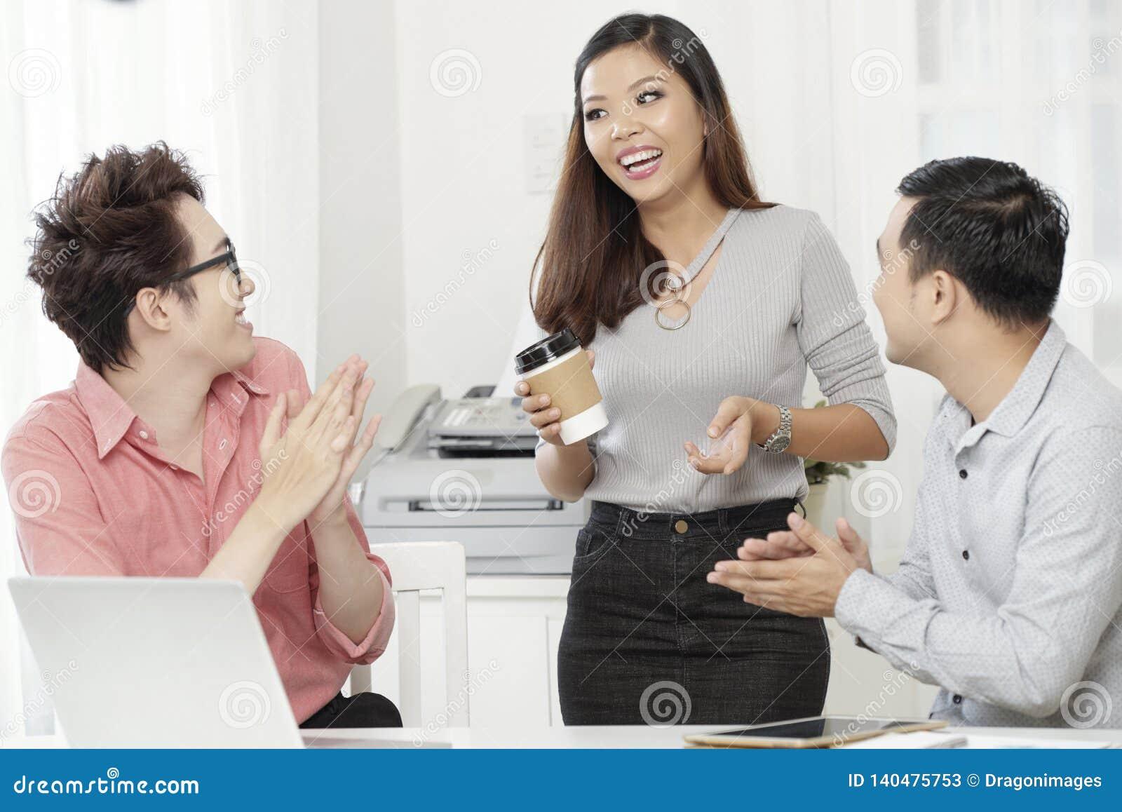 Jeunes collègues gais ayant la pause-café
