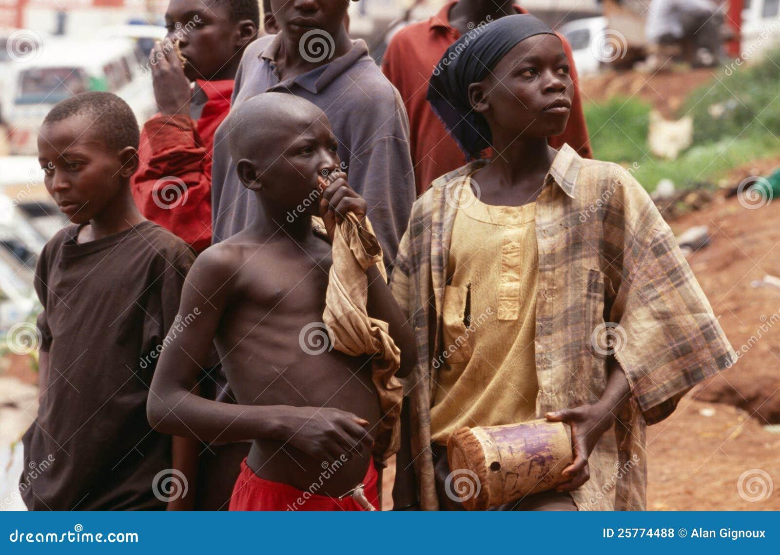 Jeunes colle-renifleurs sans abri, Kampala, Ouganda