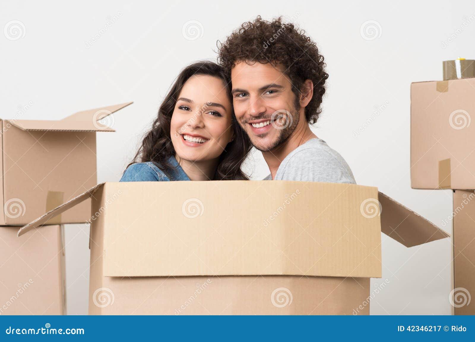 Jeunes couples à l intérieur de boîte en carton