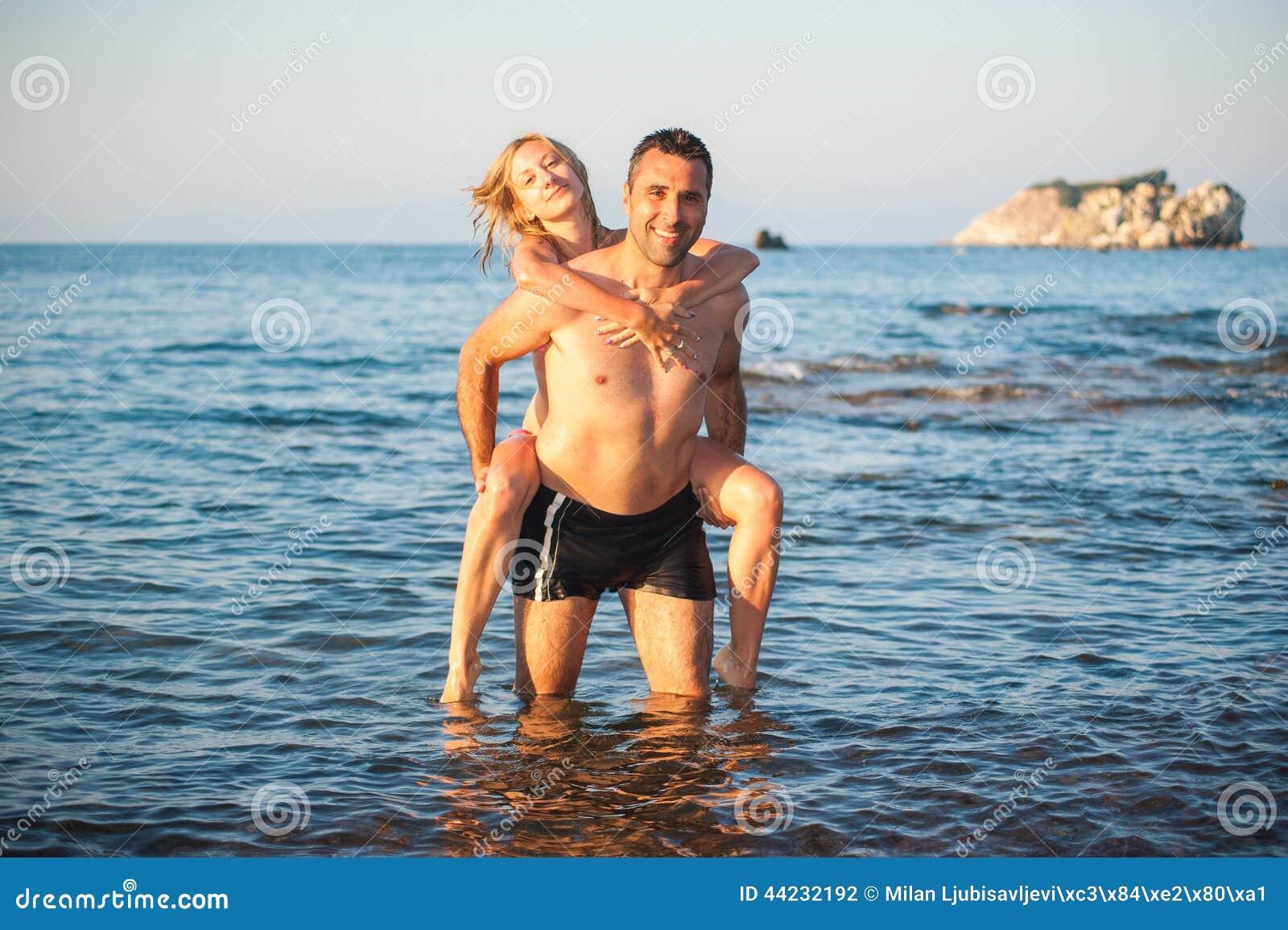 Jeunes couples à la plage