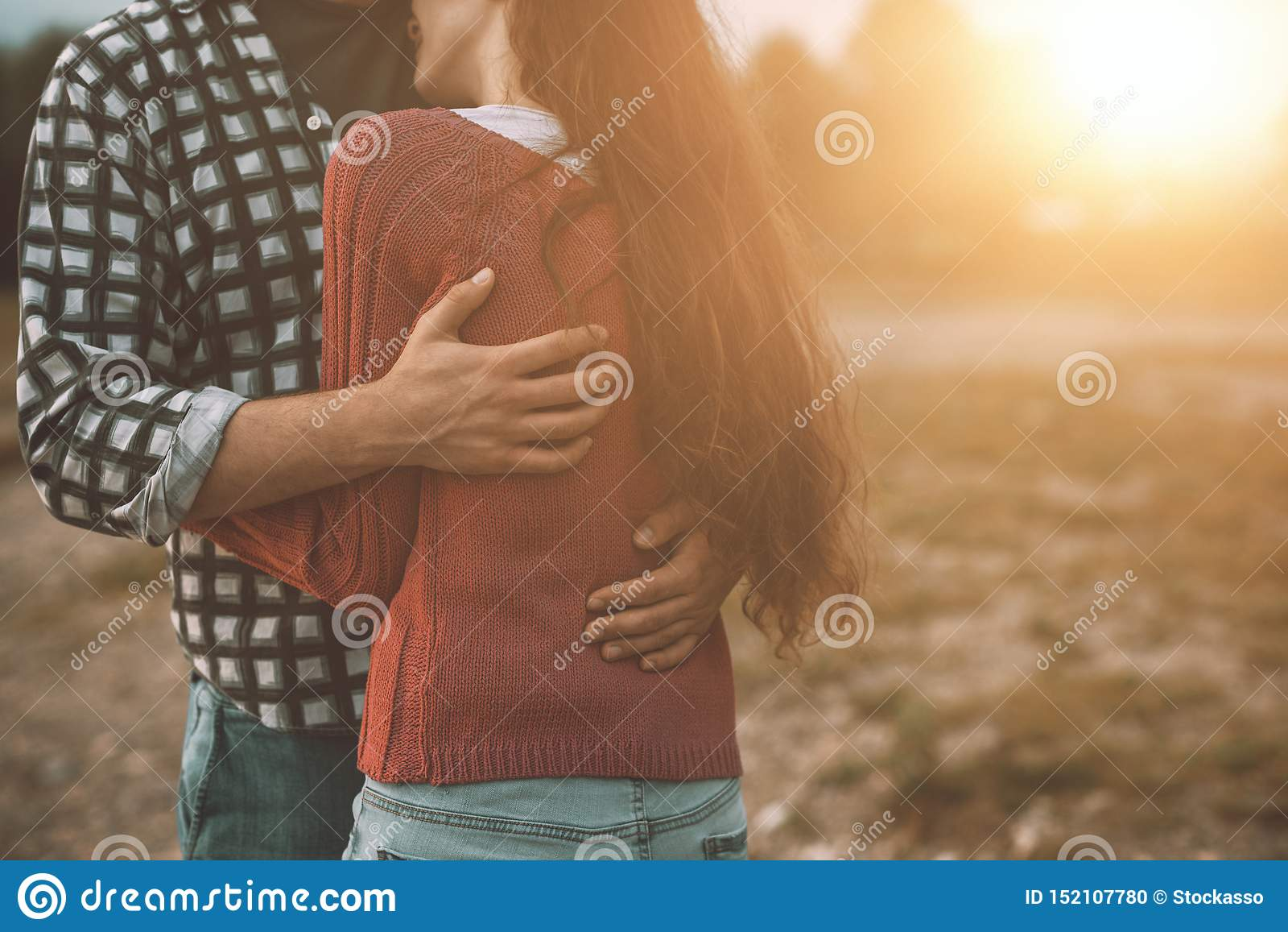 Jeunes couples affectueux étreignant dehors