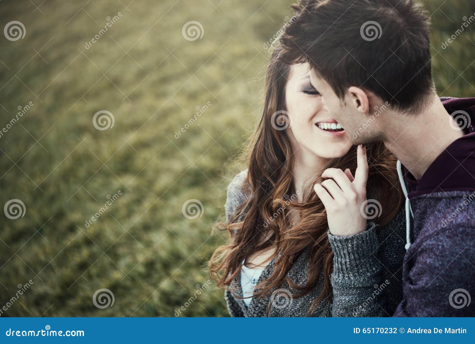 Jeunes couples affectueux se reposant sur l herbe