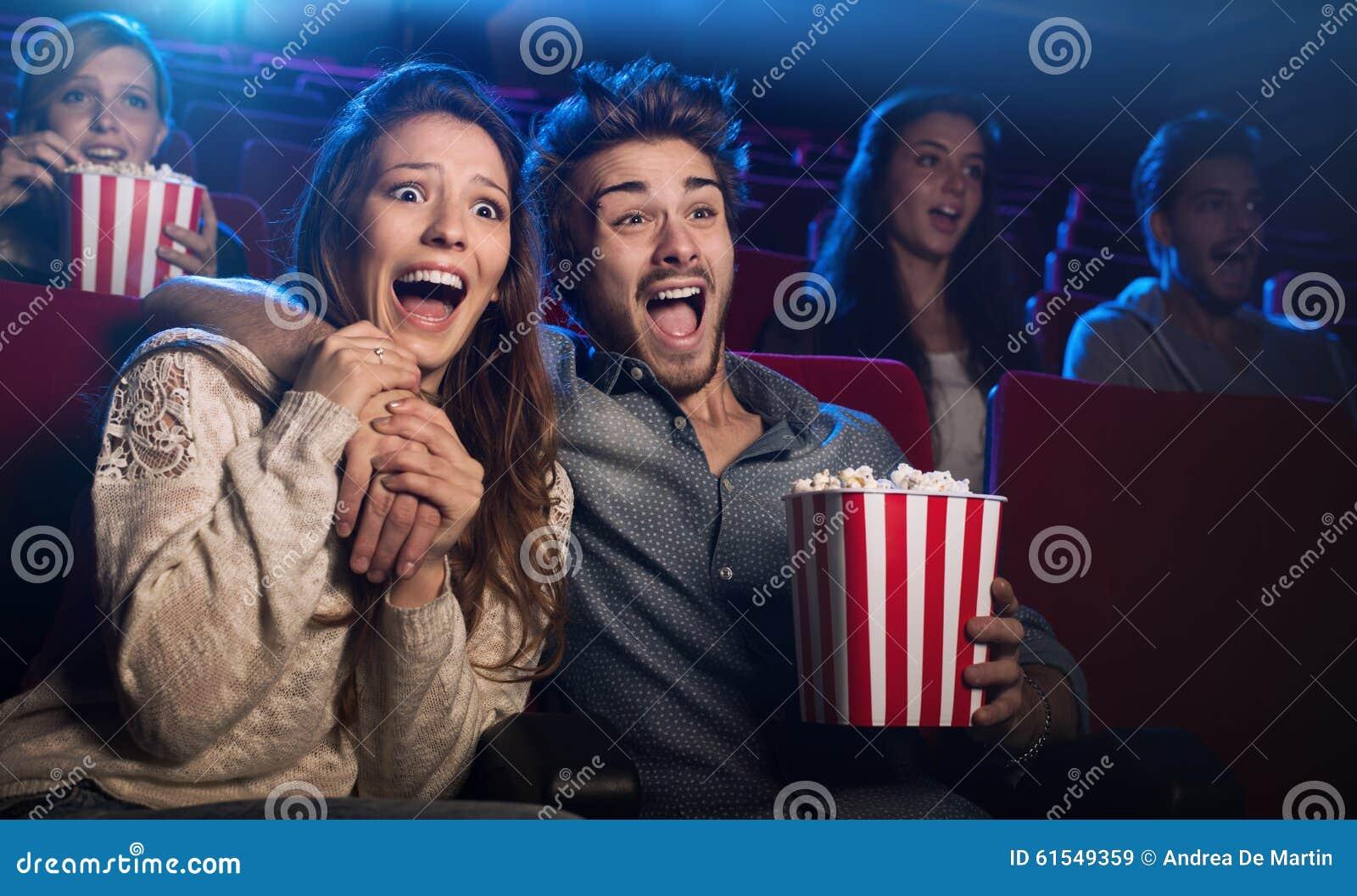 Jeunes couples au cinéma observant un film d horreur