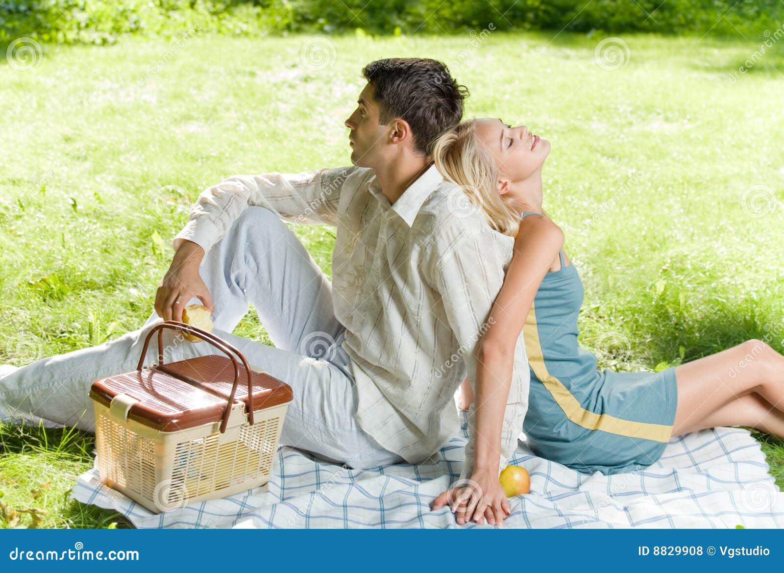 jeunes couples au pique nique photo stock image du m le rapport 8829908. Black Bedroom Furniture Sets. Home Design Ideas