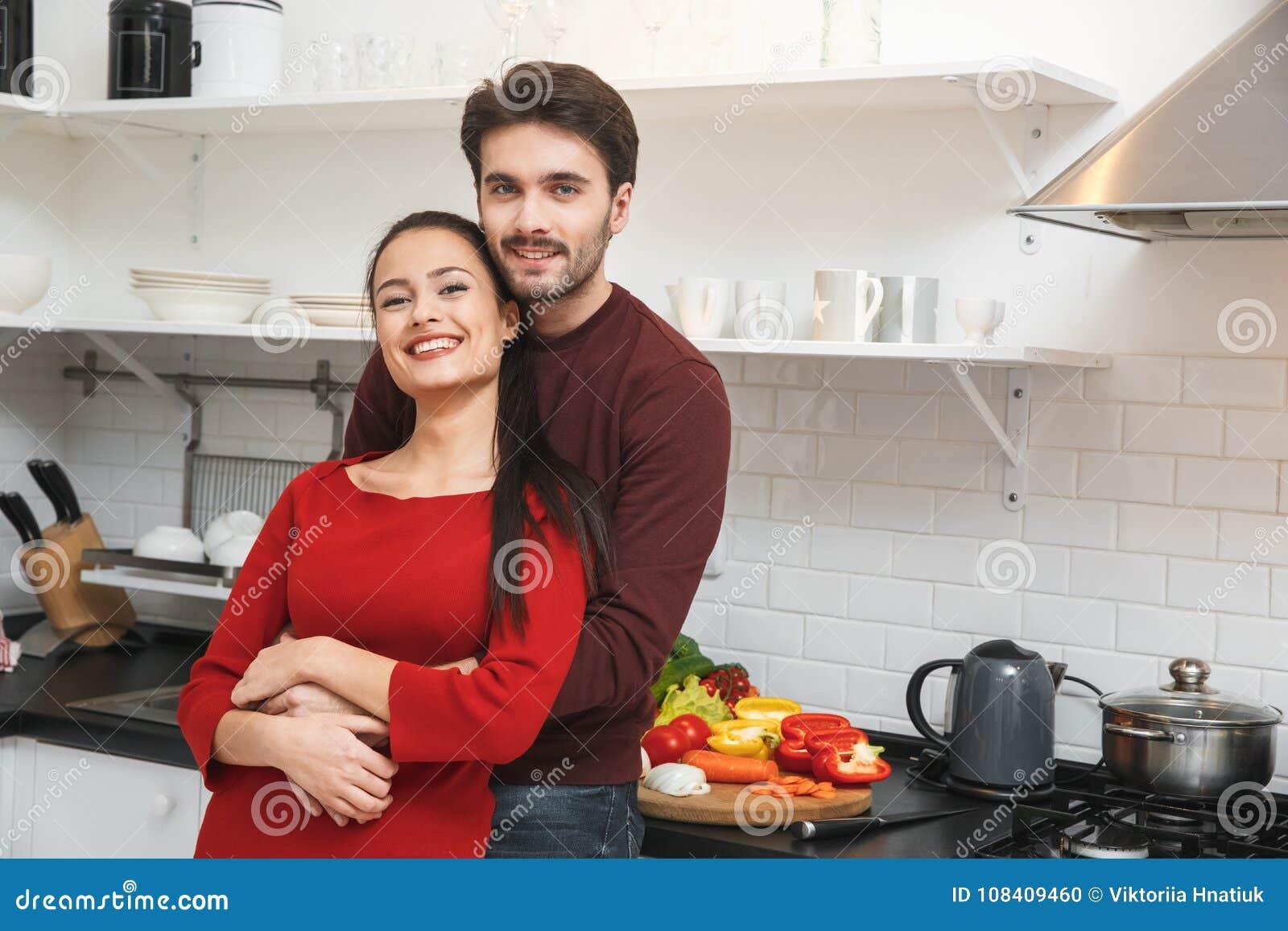 jeunes couples ayant galiser romantique la maison dans. Black Bedroom Furniture Sets. Home Design Ideas