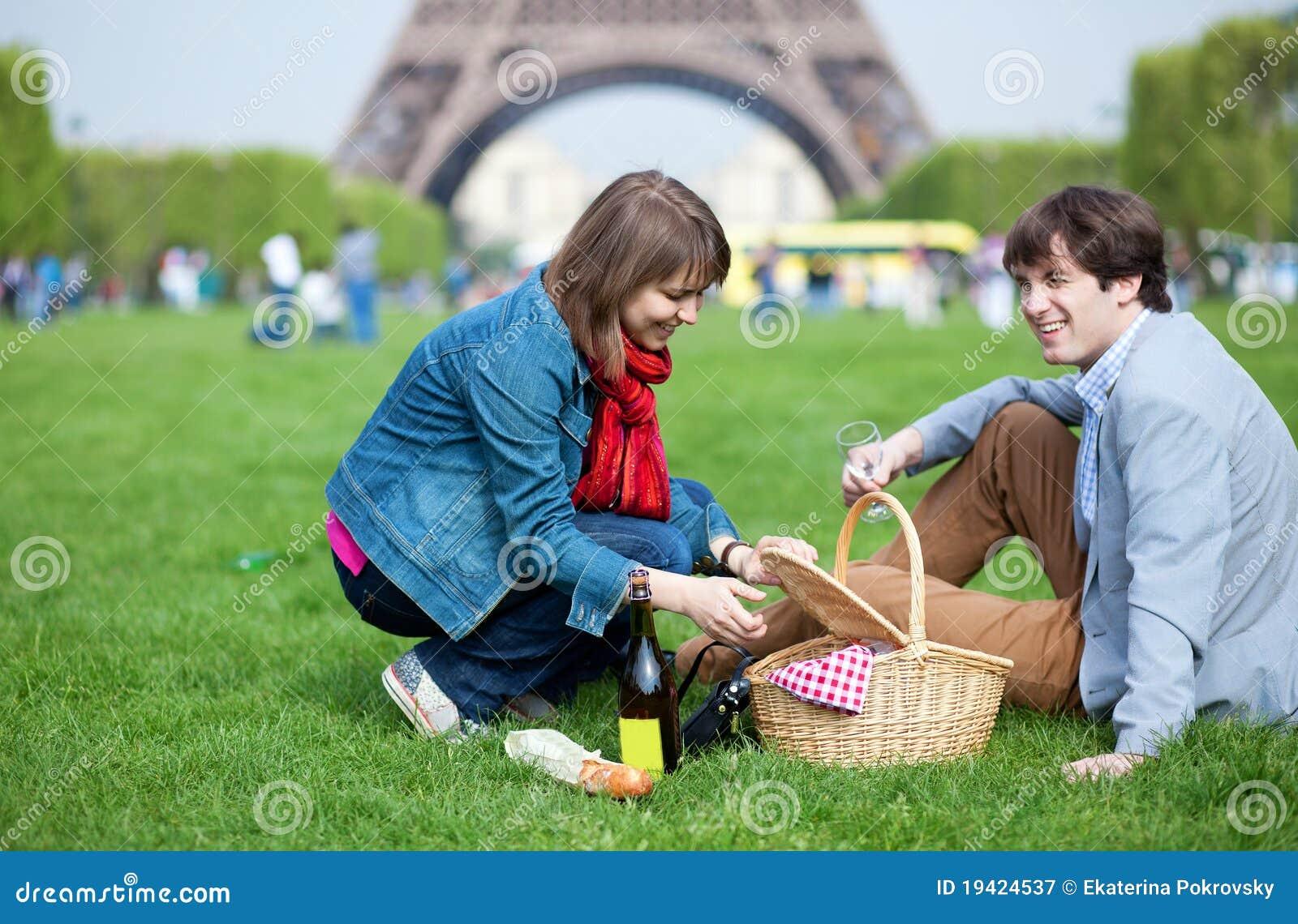 Jeunes couples ayant un pique-nique