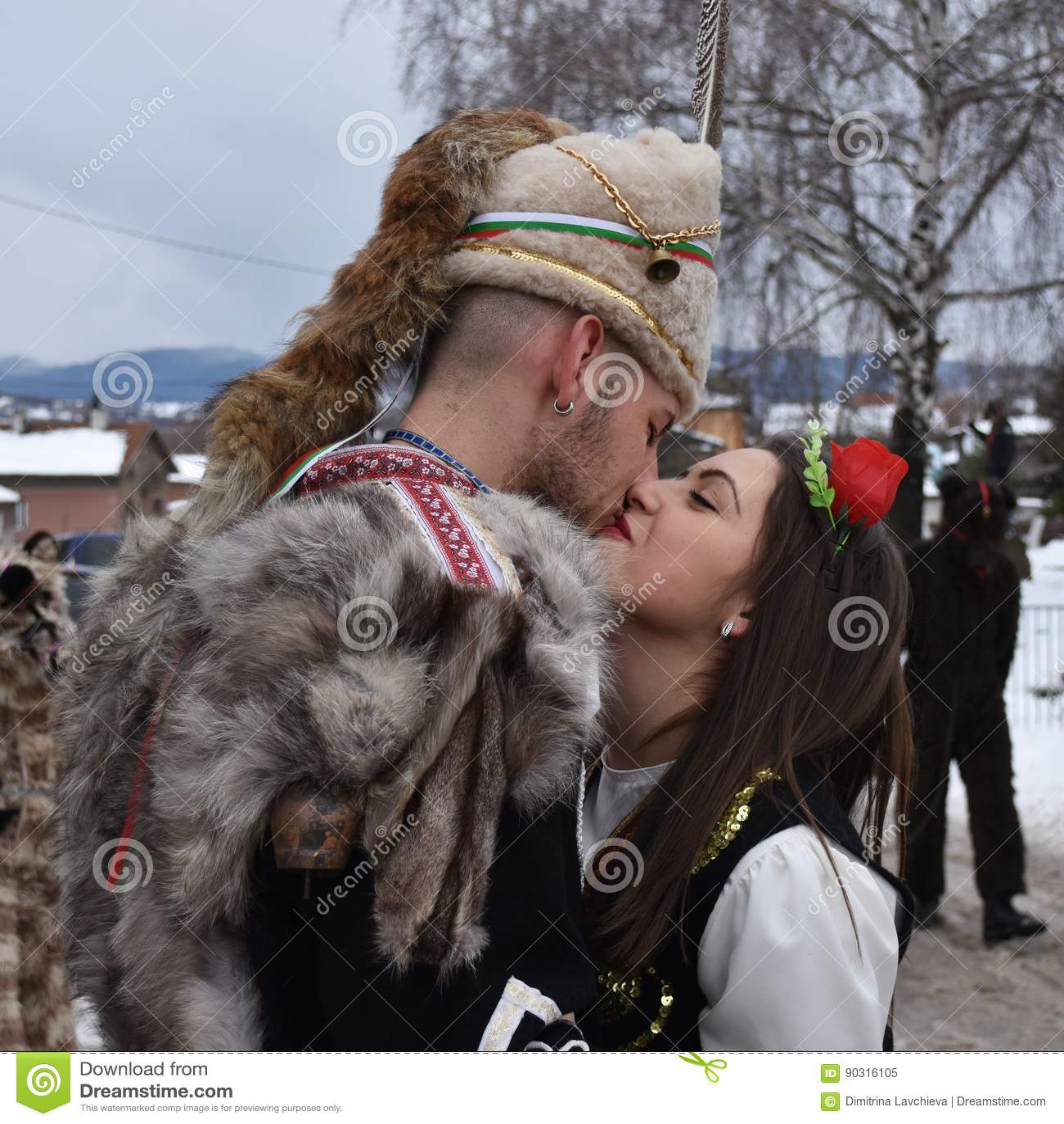 Yardzhilovtsi, Bulgarie - 14 janvier 2017   Jeunes couples dans des costumes  folkloriques bulgares embrassant sur la rue pendant le festival de Surva 8f72185f981