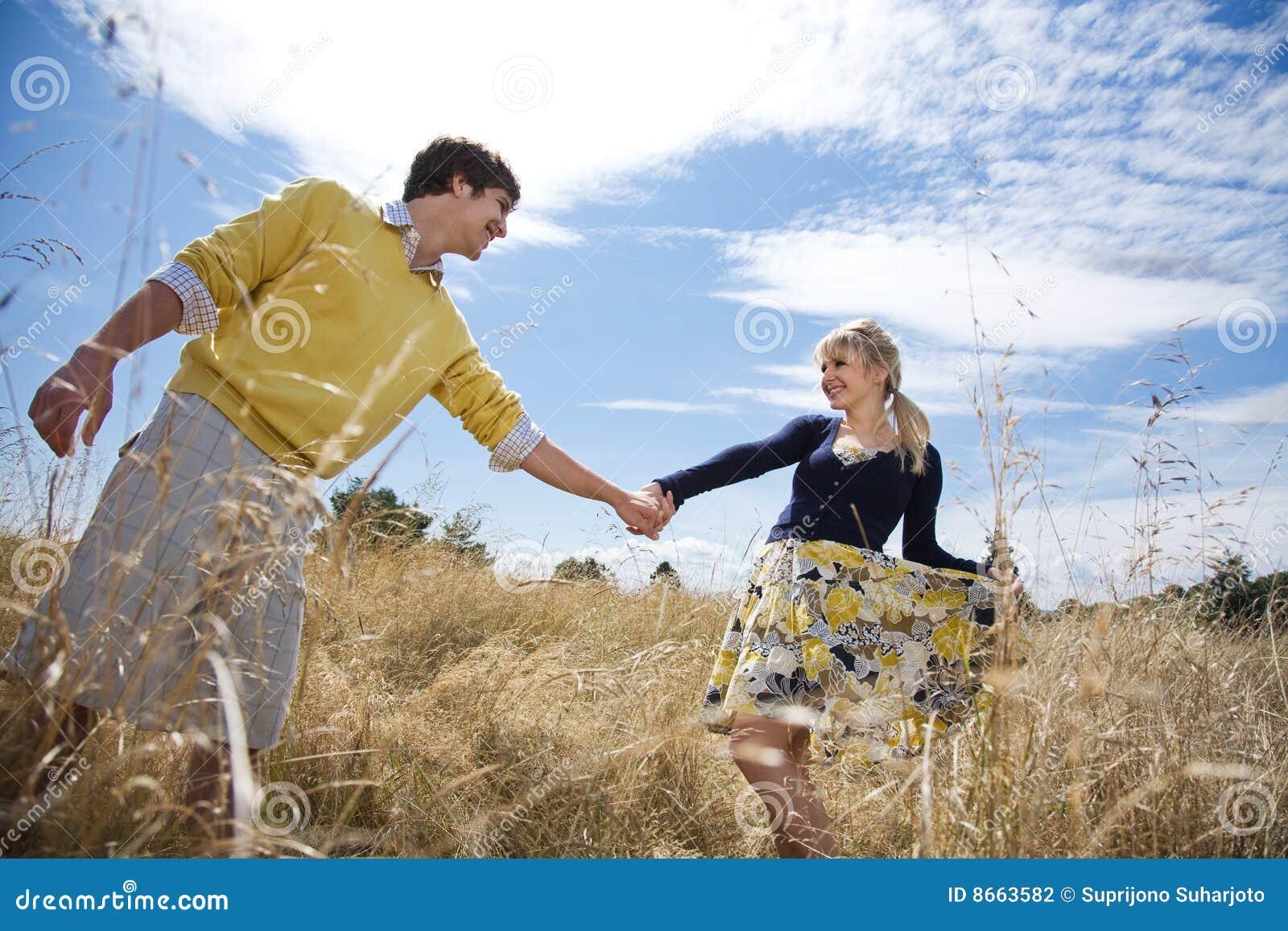 Jeunes couples caucasiens dans l amour