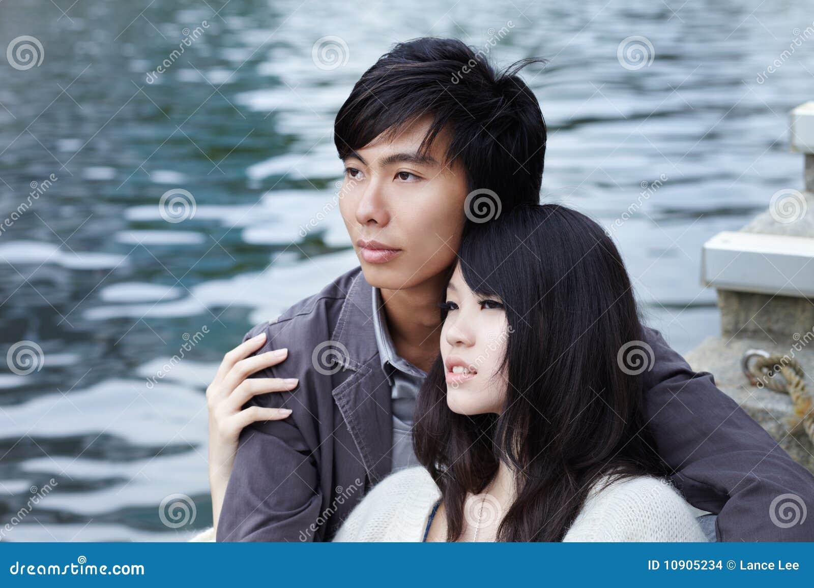 Jeunes couples chinois dans l amour la datte romantique