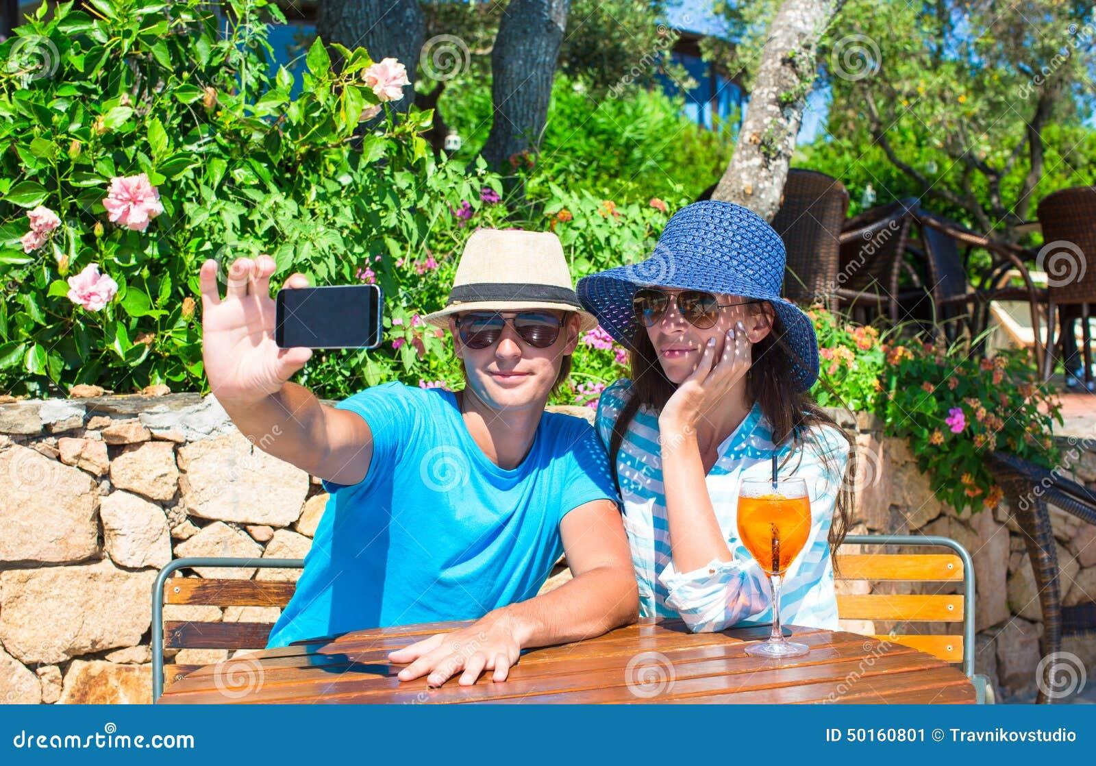 Jeunes couples détendant en café extérieur