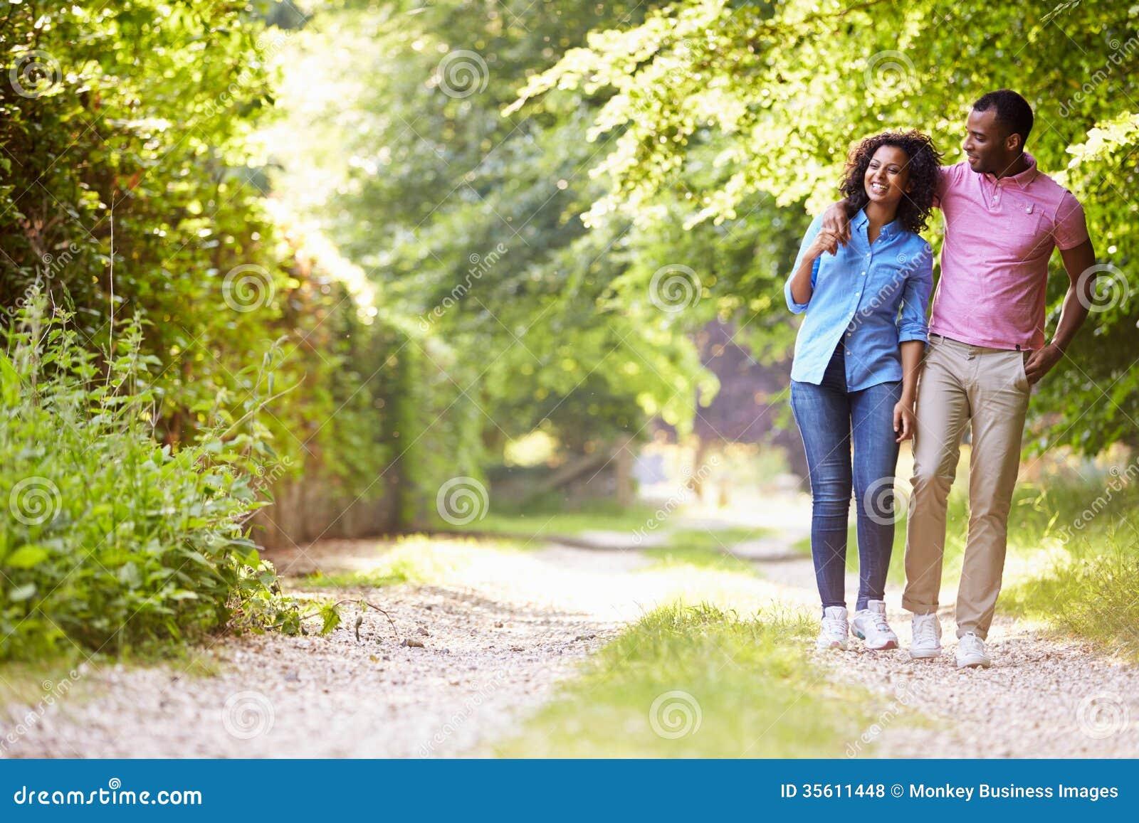 Jeunes couples d Afro-américain marchant dans la campagne