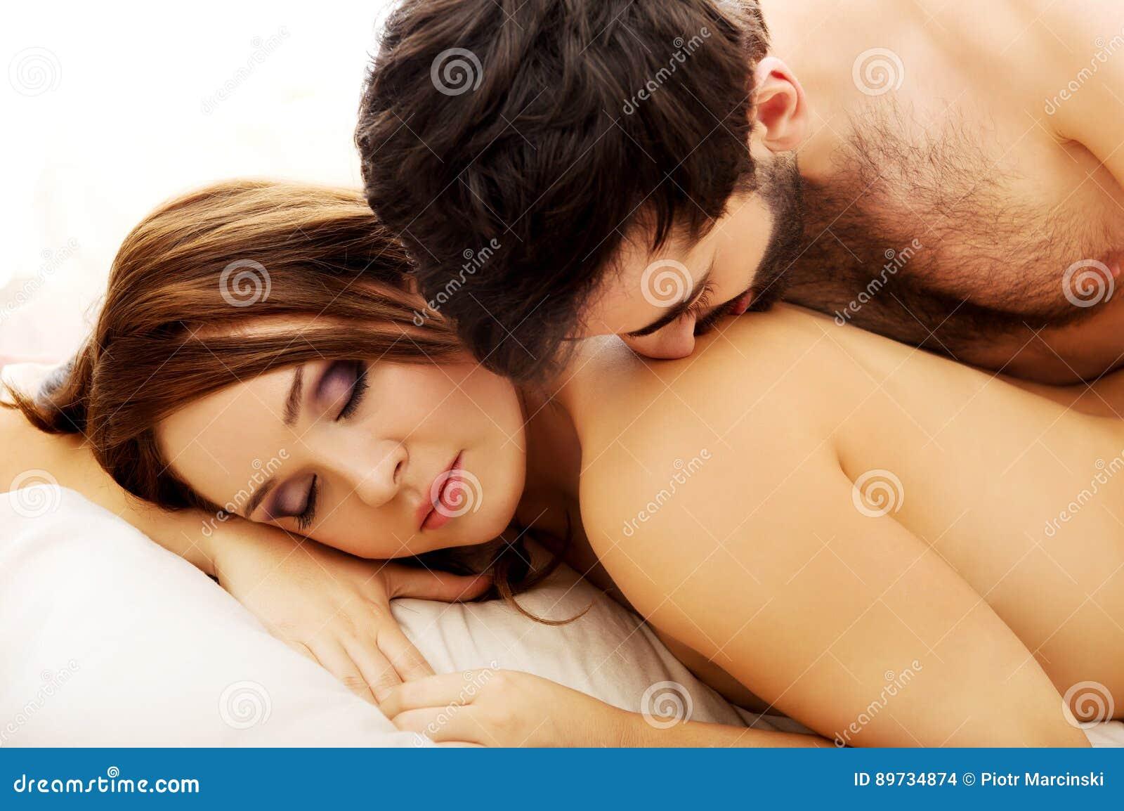 Amour Au Lit Photos jeunes couples d'amour dans le lit photo stock - image du matin