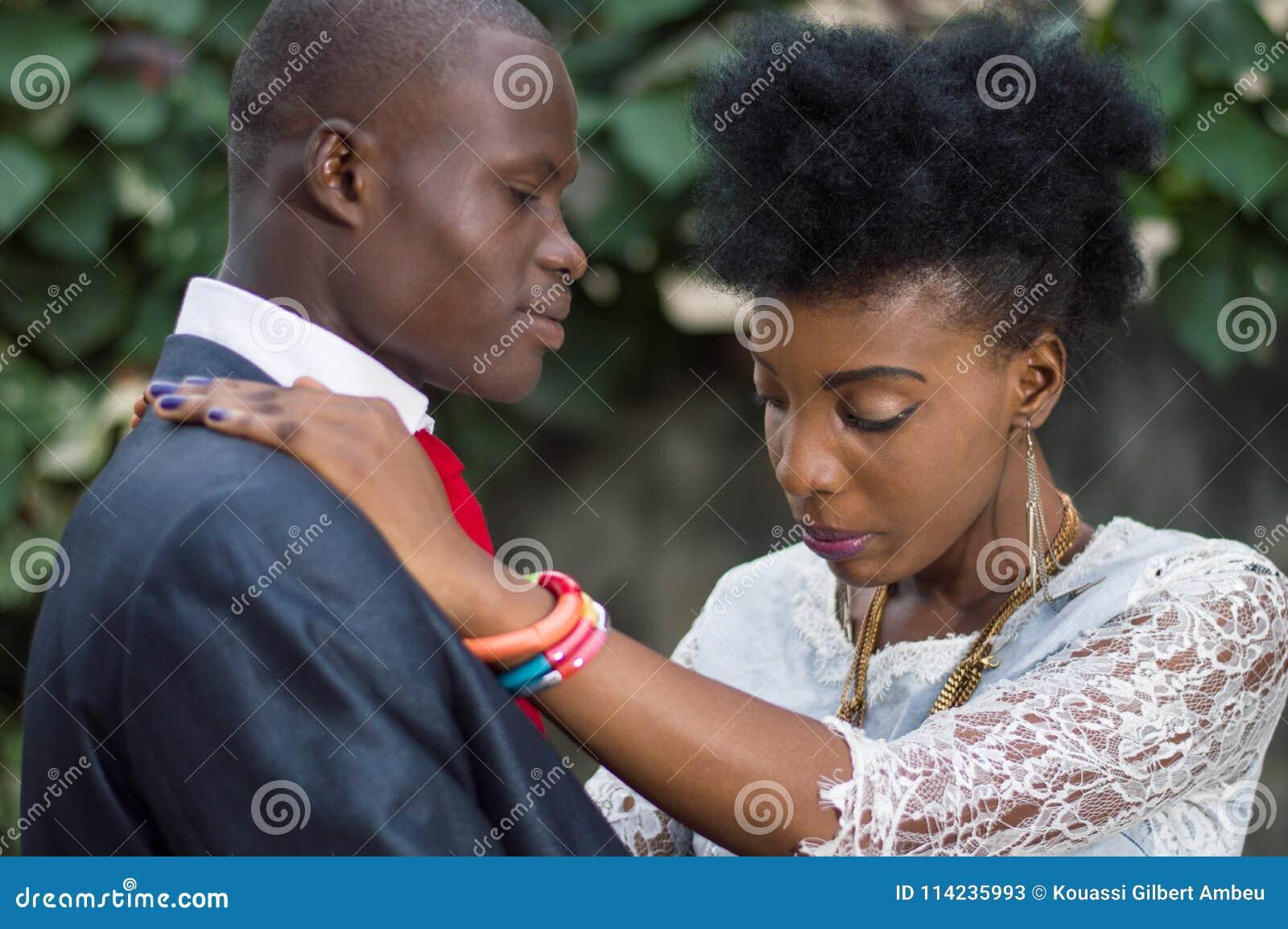 Jeunes couples dans l amour enlacé