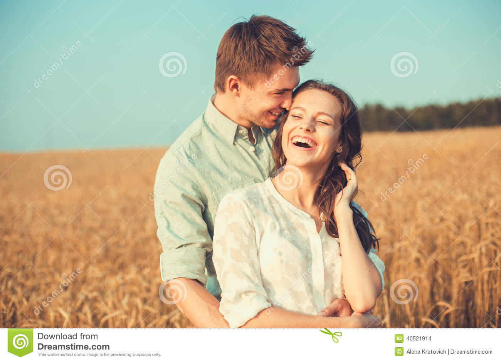 Jeunes couples dans l amour extérieur Accouplez étreindre
