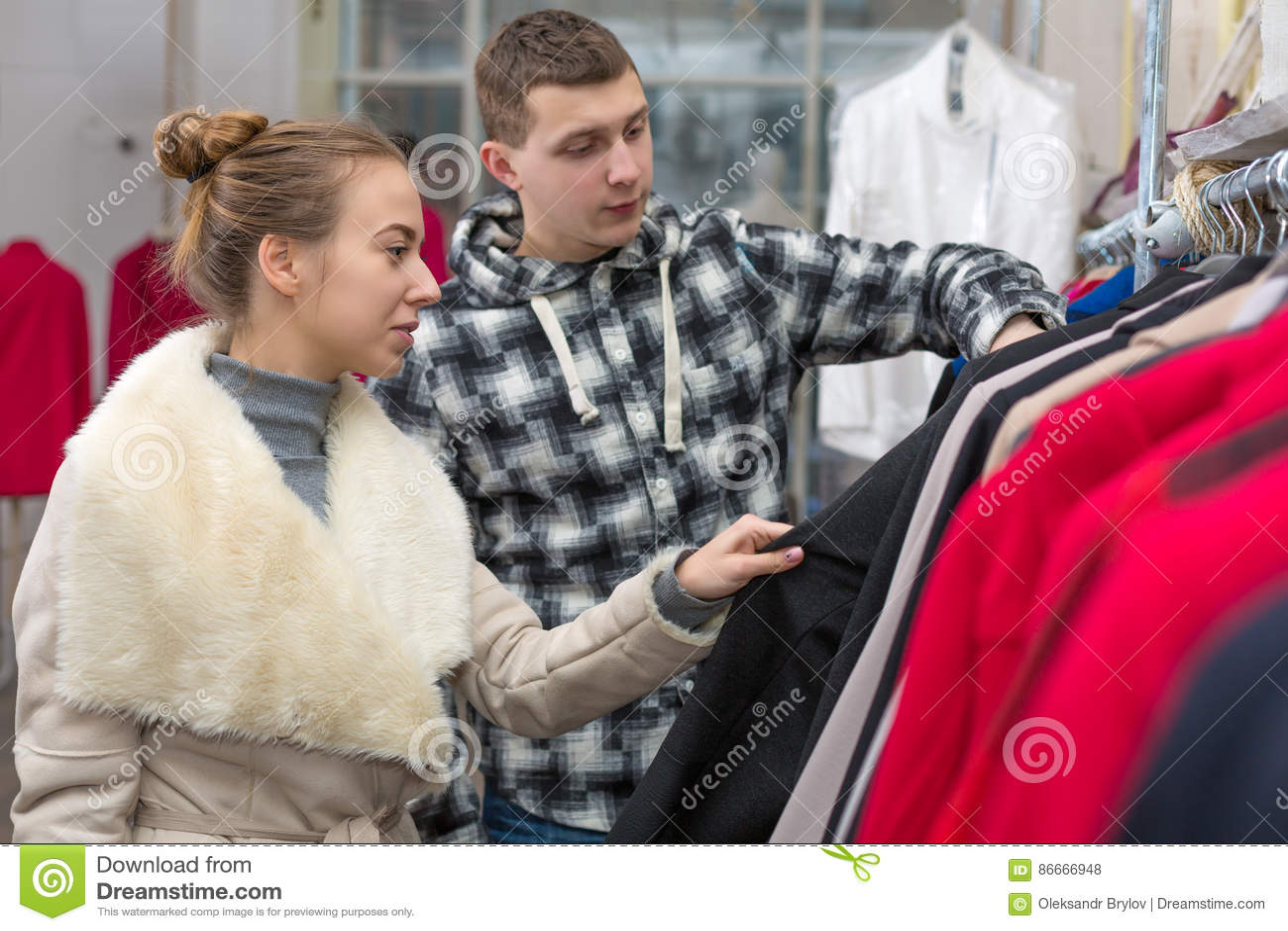 Jeunes couples dans la boutique d habillement prenant la veste
