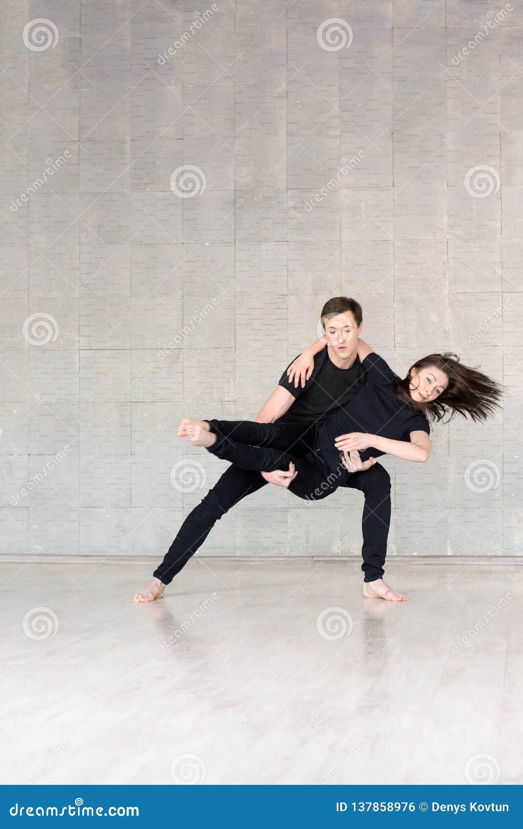 Jeunes couples dans la danse noire