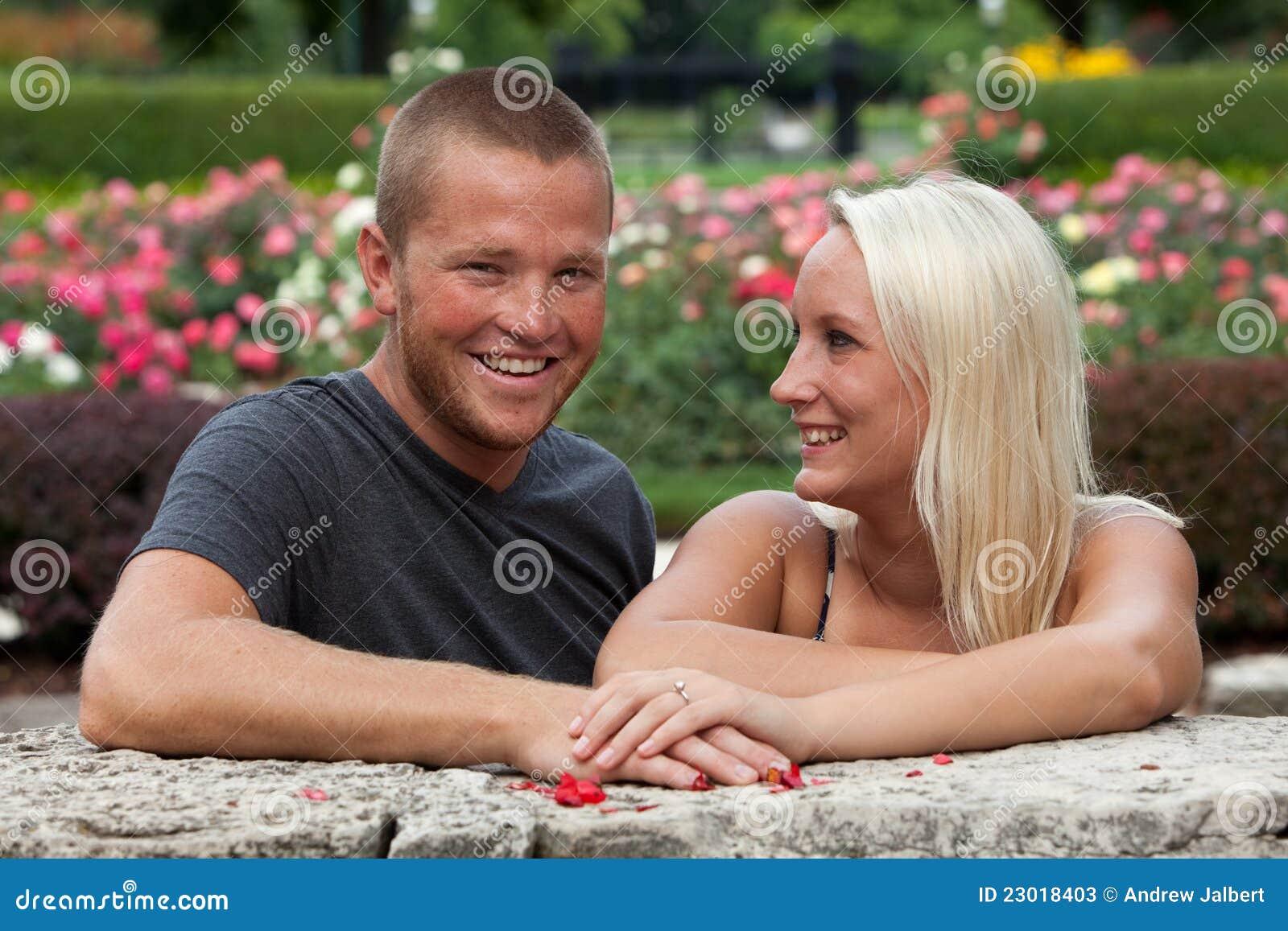 Jeunes couples dans le jardin image stock image 23018403 - Combattre les moustiques dans le jardin ...