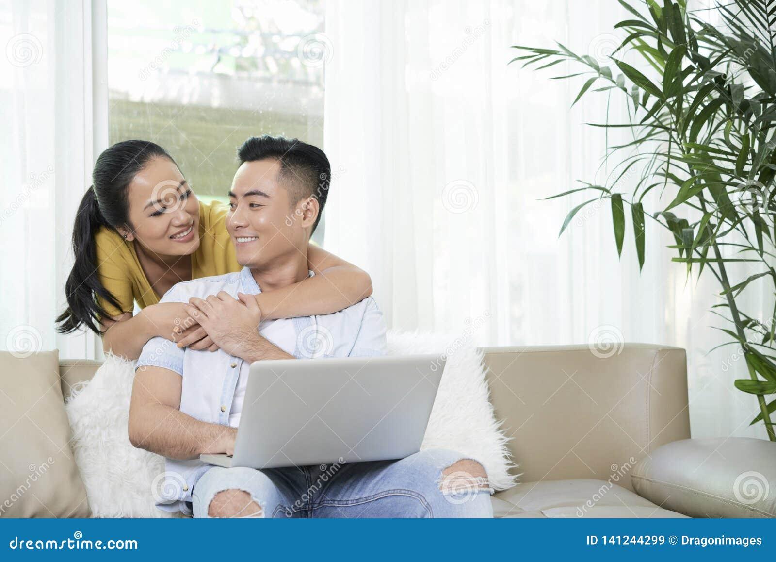 Jeunes couples dans le salon