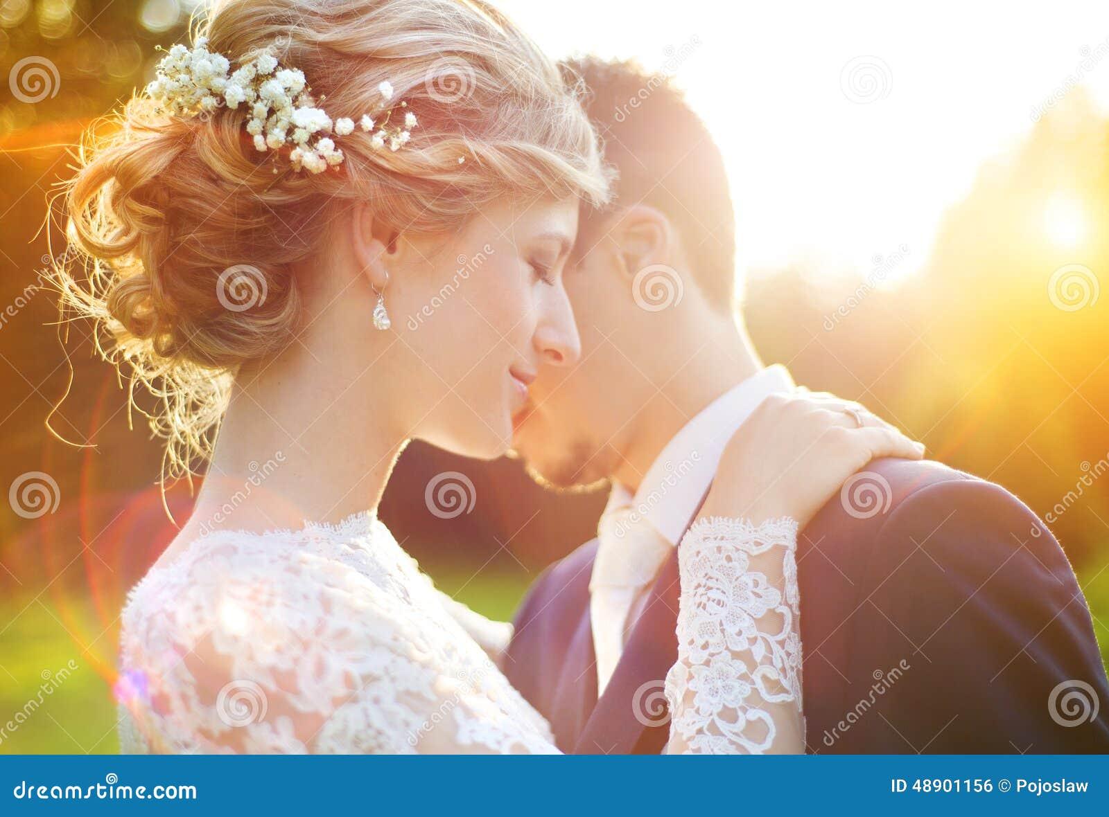 Jeunes couples de mariage sur le pré d été