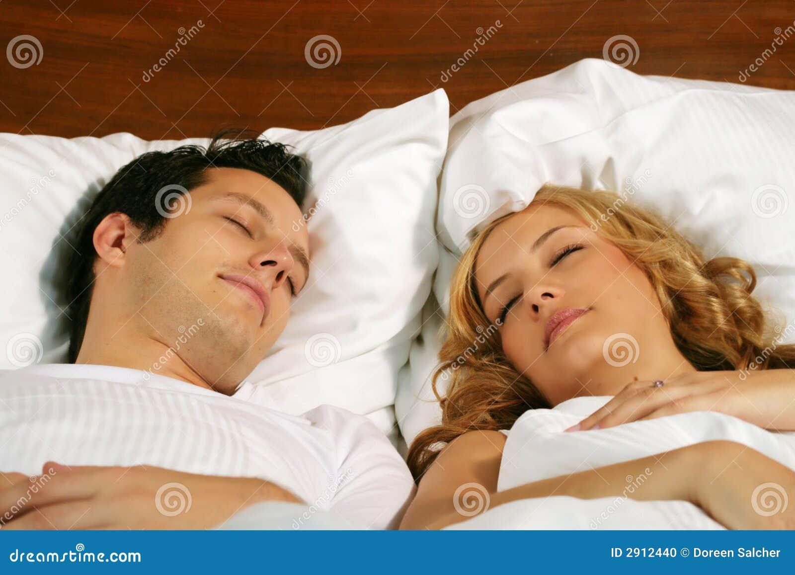 Jeunes couples de sommeil