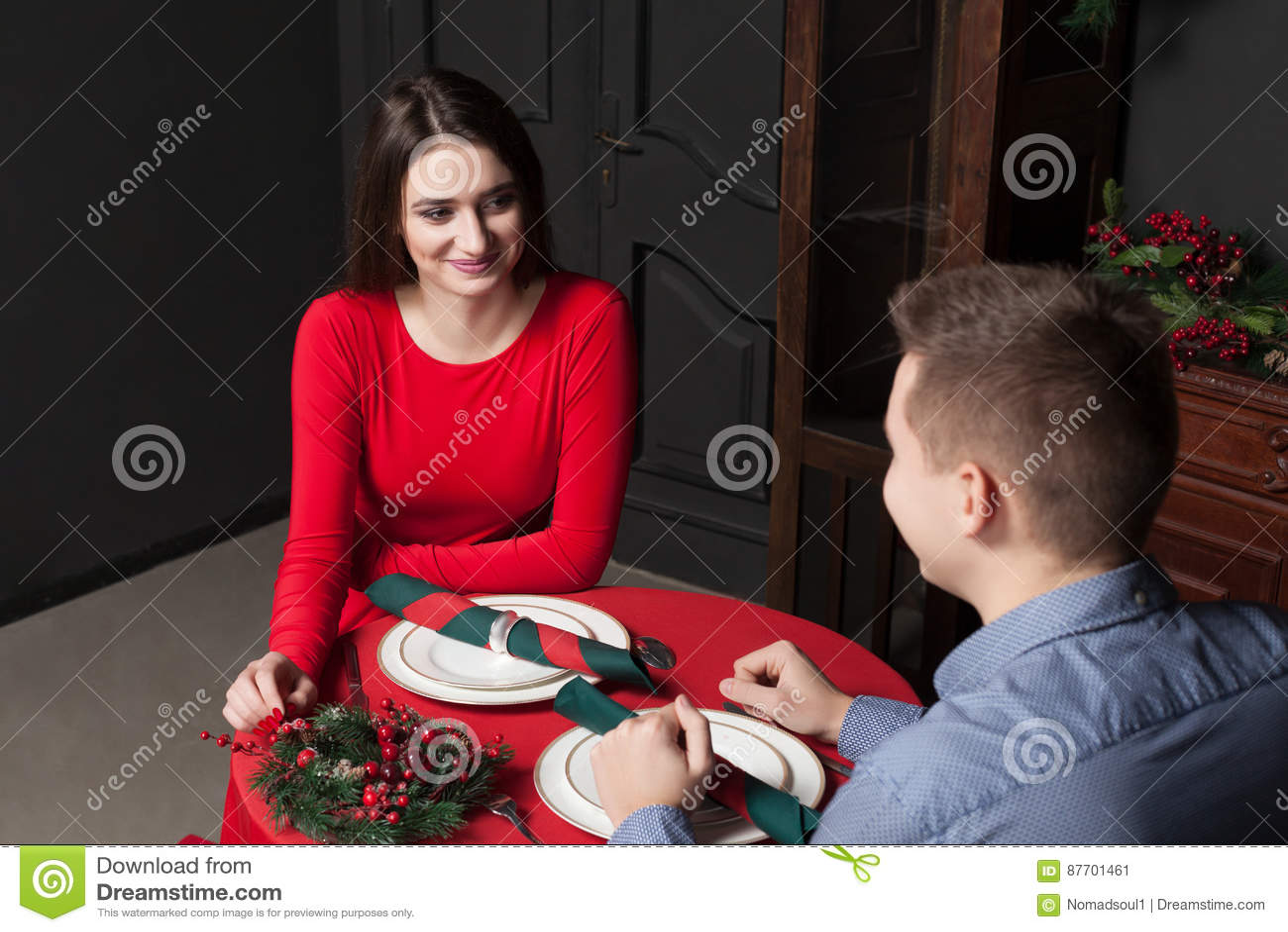 Jeunes couples de sourire au restaurant de luxe