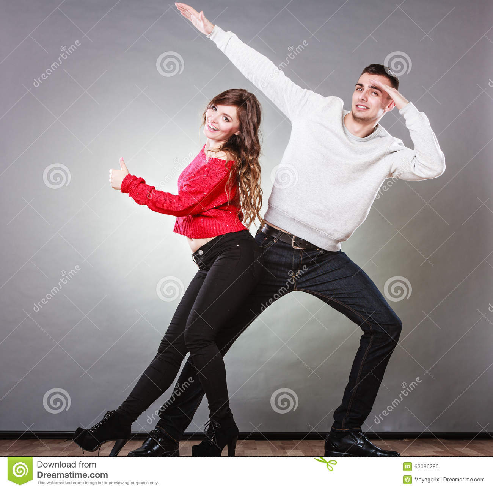 Download Jeunes Couples De Sourire Ayant L'amusement Photo stock - Image du drôle, amour: 63086296