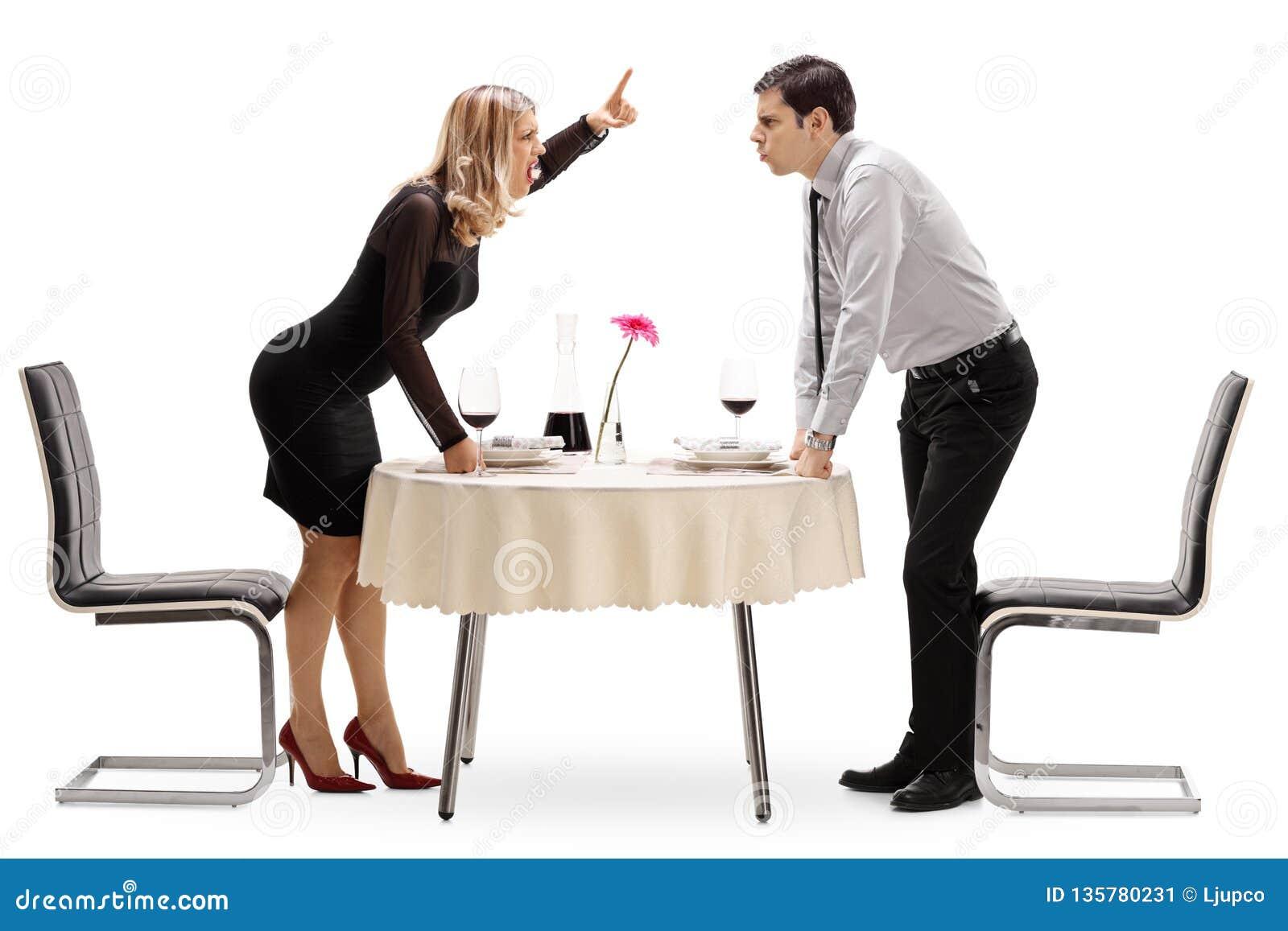 Jeunes couples discutant à une table de restaurant