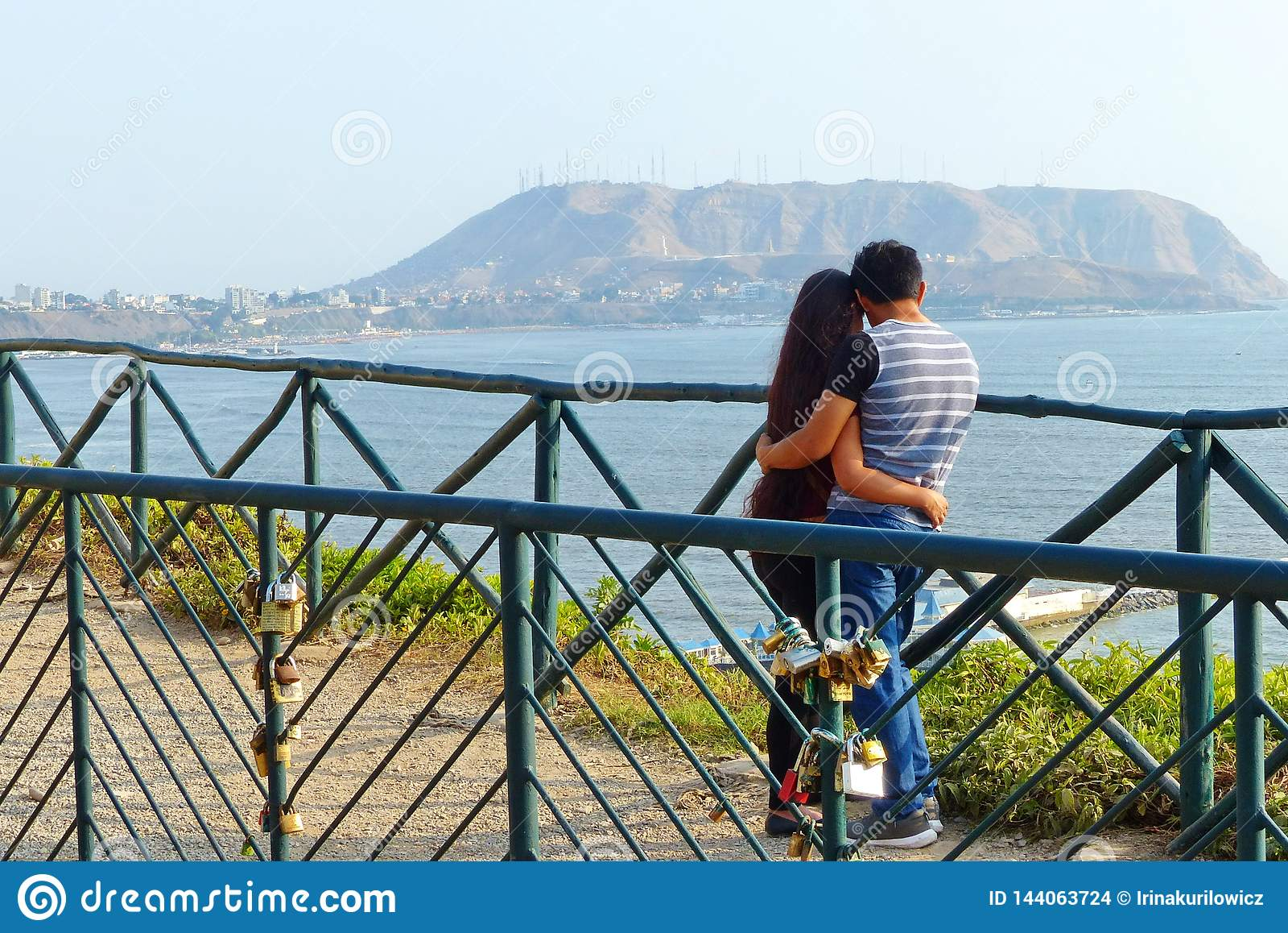 Jeunes couples embrassant devant la vue Pacifique, Lima, Pérou