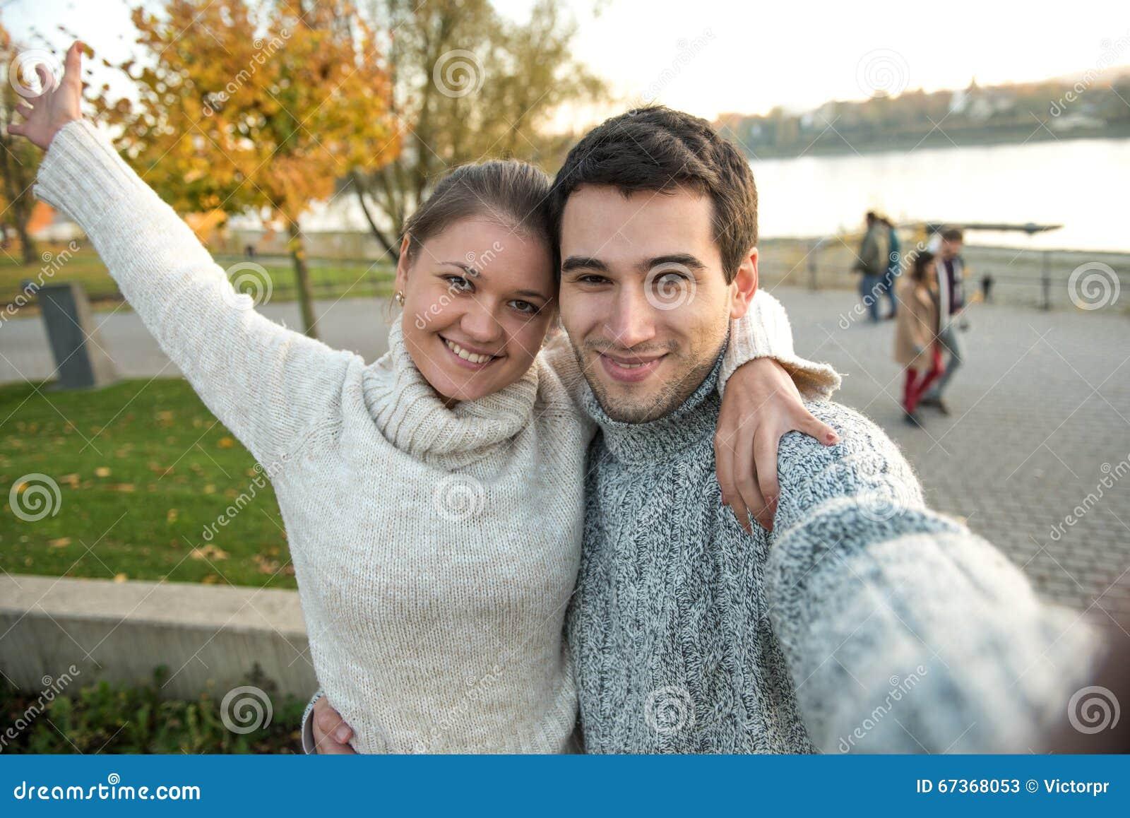 Jeunes couples en parc
