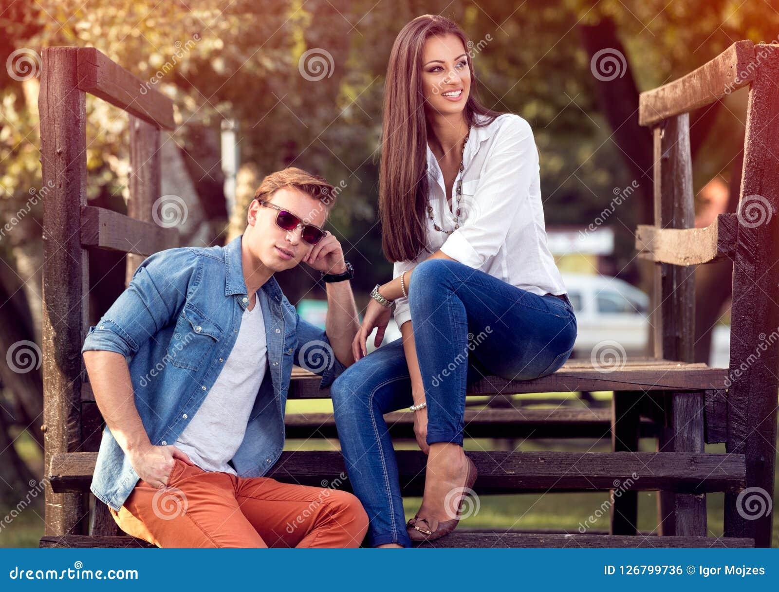 Jeunes couples ensemble en parc d automne