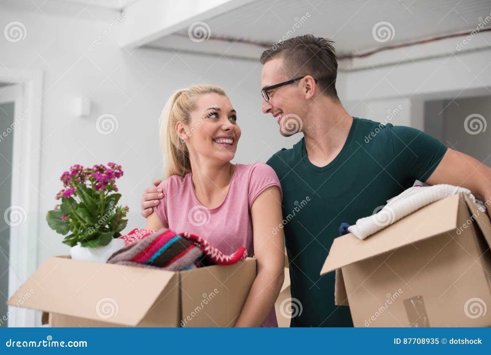 Jeunes couples entrant dans une nouvelle maison