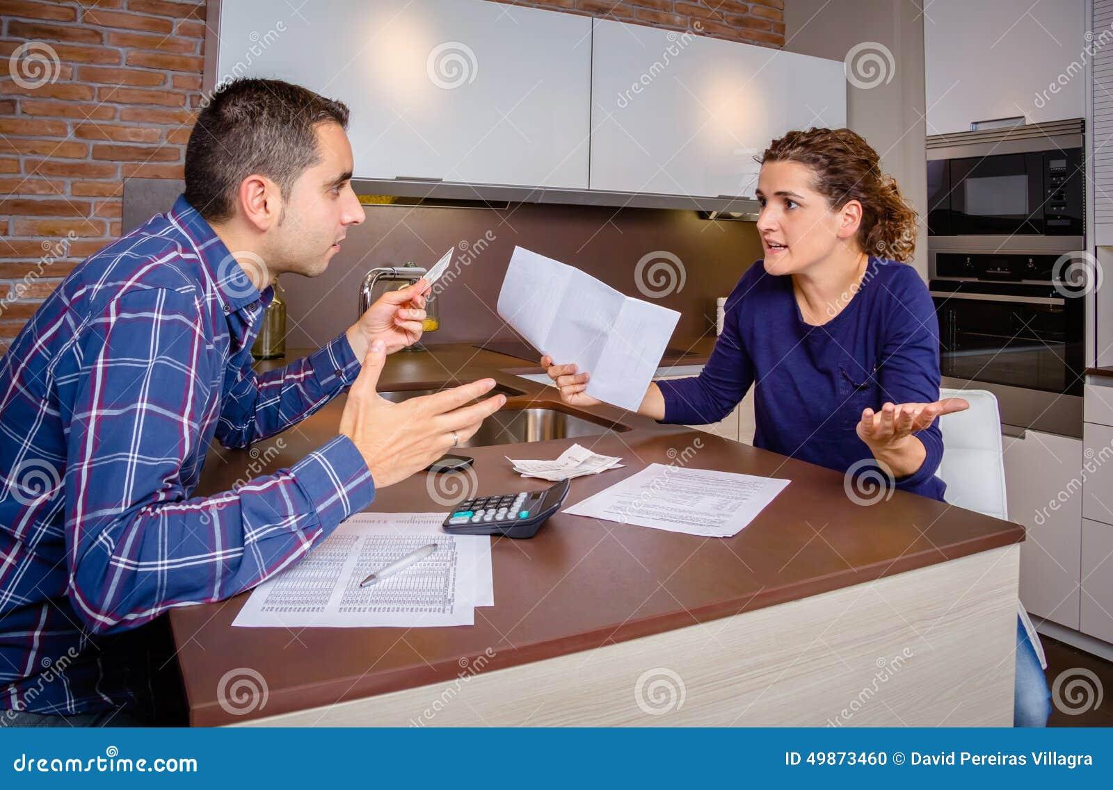 Jeunes couples fâchés discutant par des dettes de carte de crédit