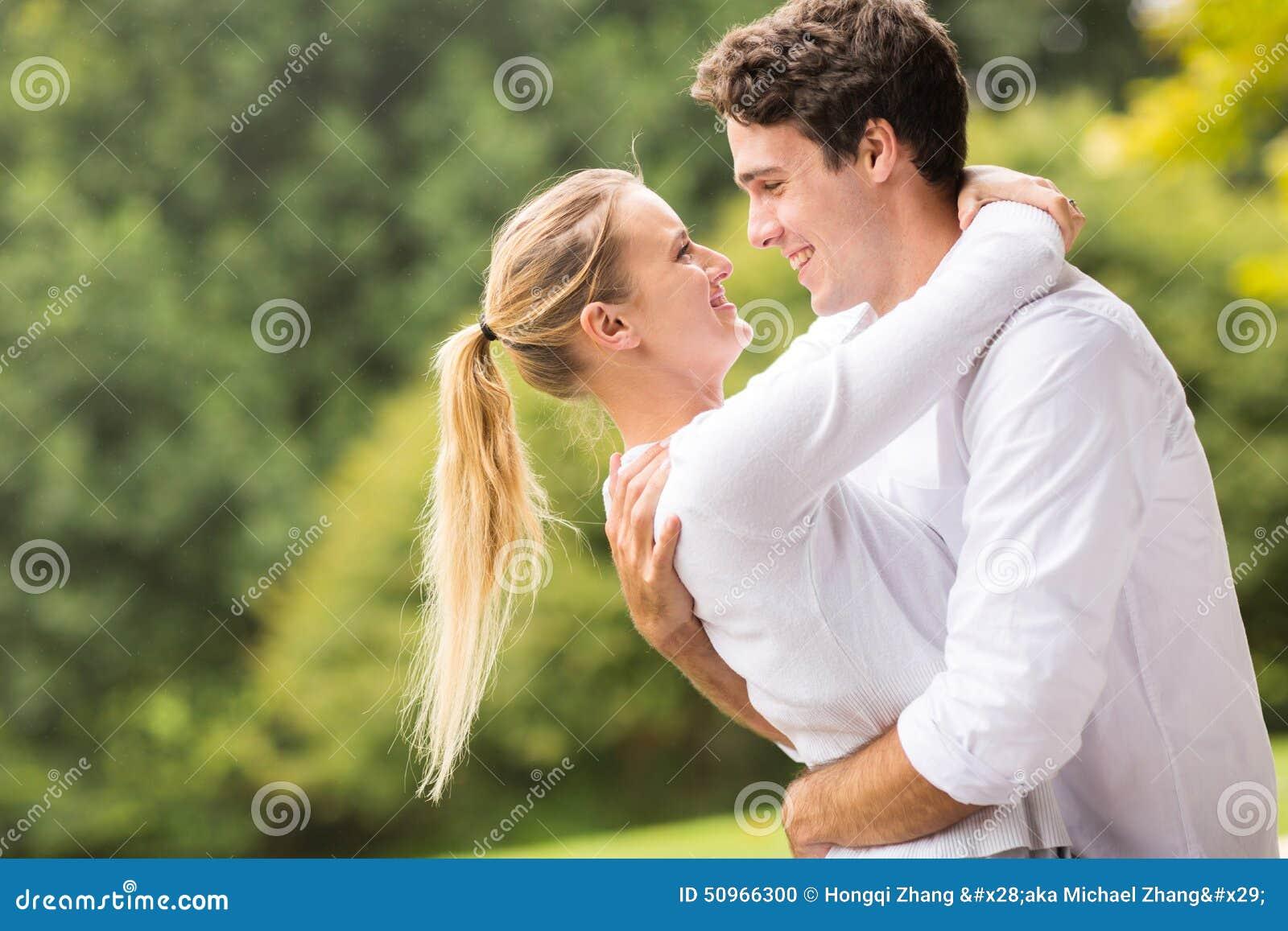 Jeunes couples flirtant