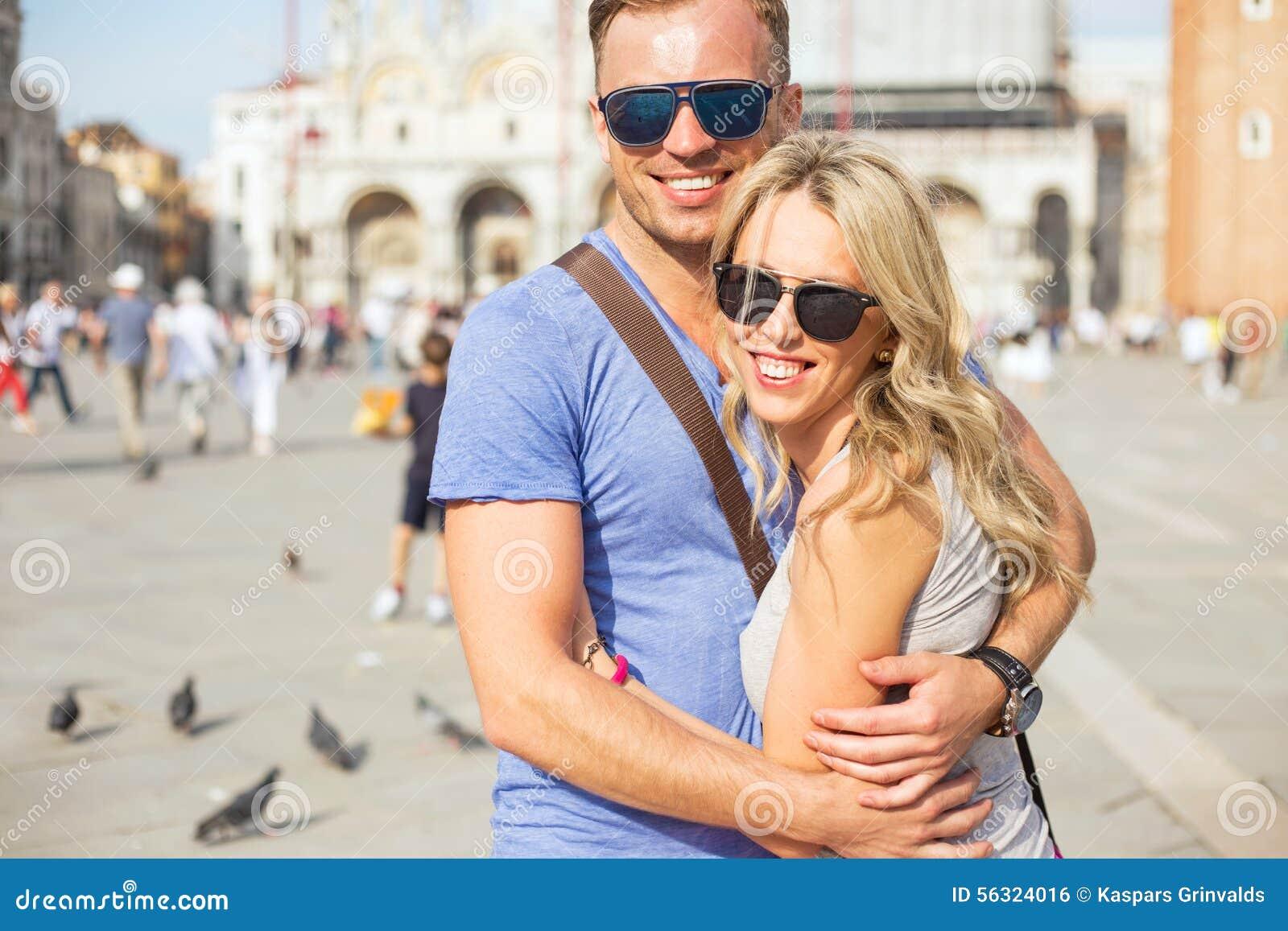 Jeunes couples heureux à Venise