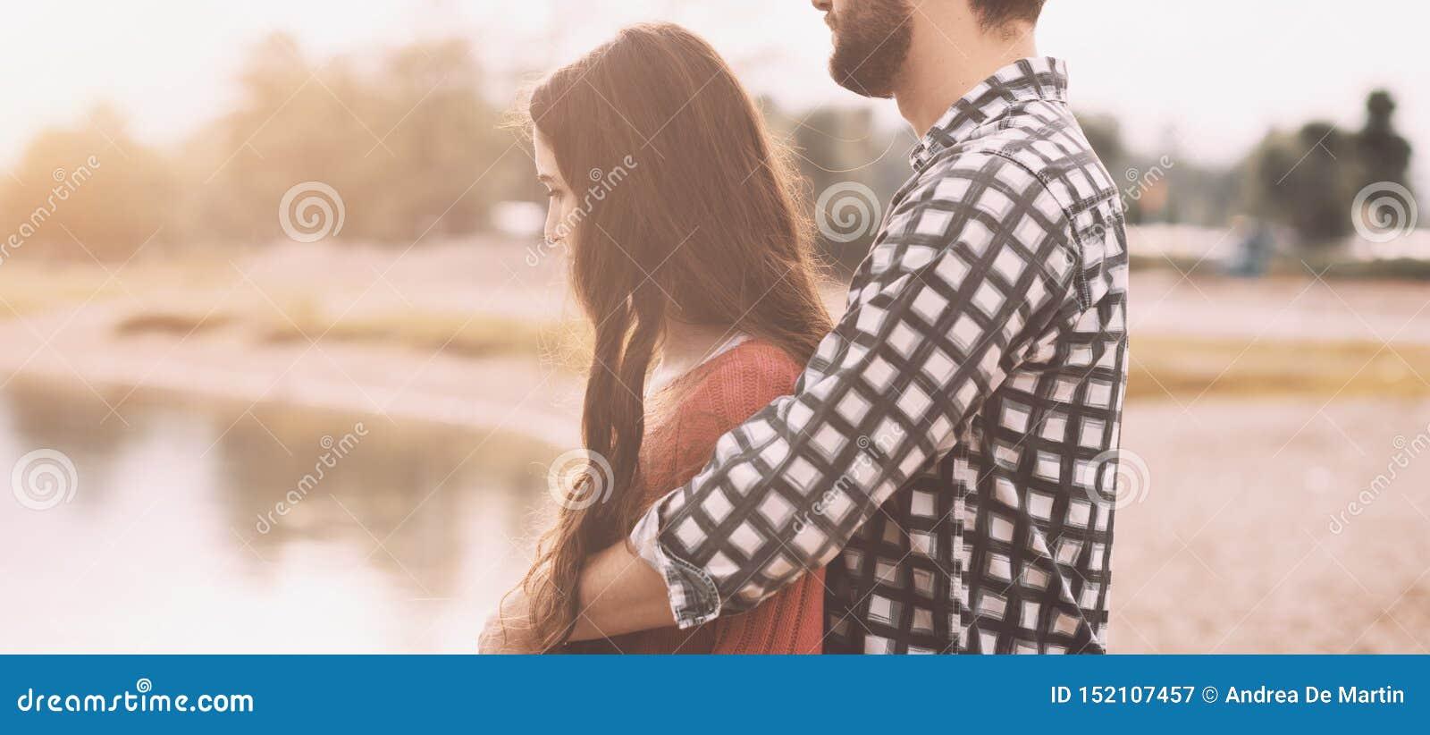 Jeunes couples heureux appréciant à la plage