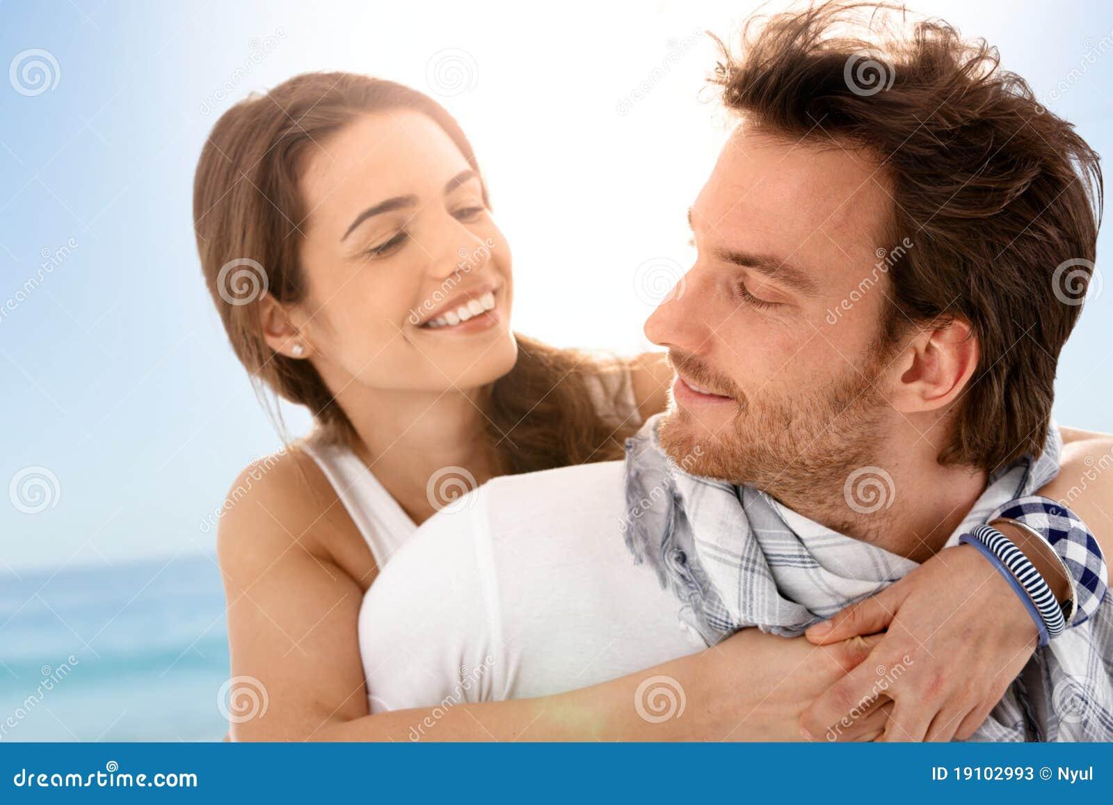 Jeunes couples heureux appréciant des vacances d été