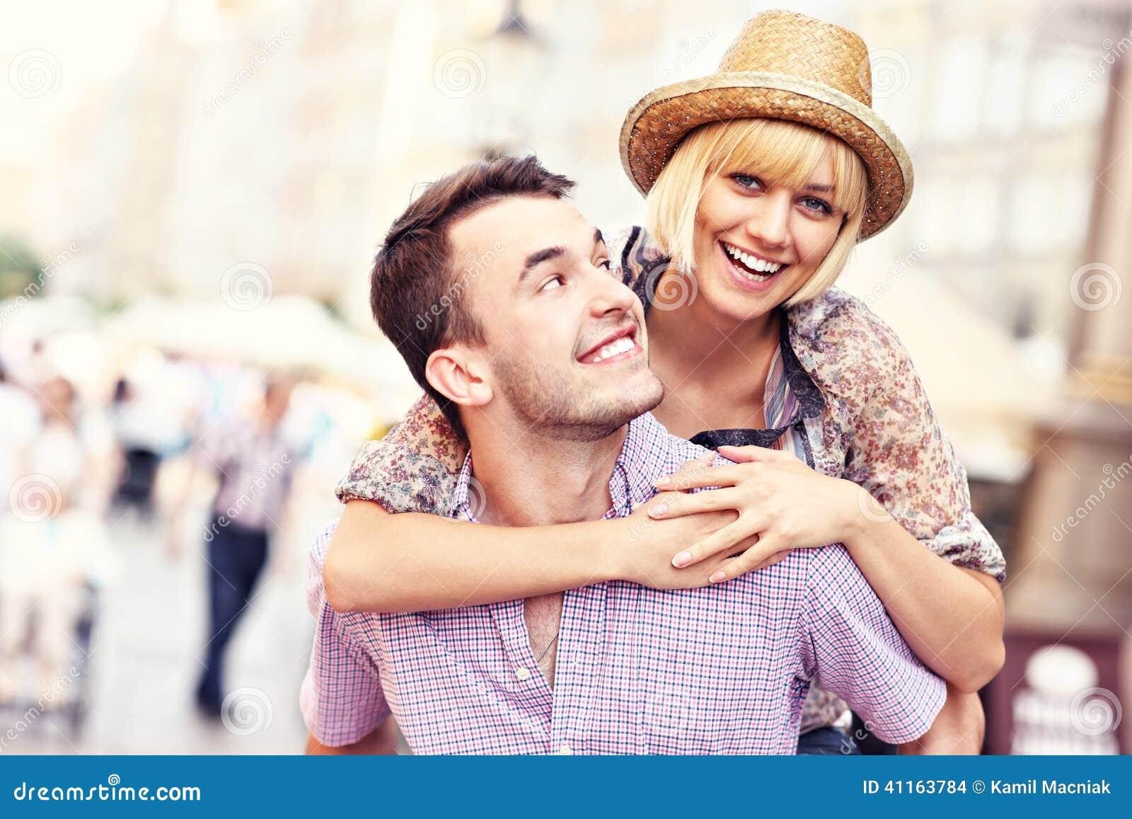 Jeunes couples heureux ayant l amusement dans la vieille ville